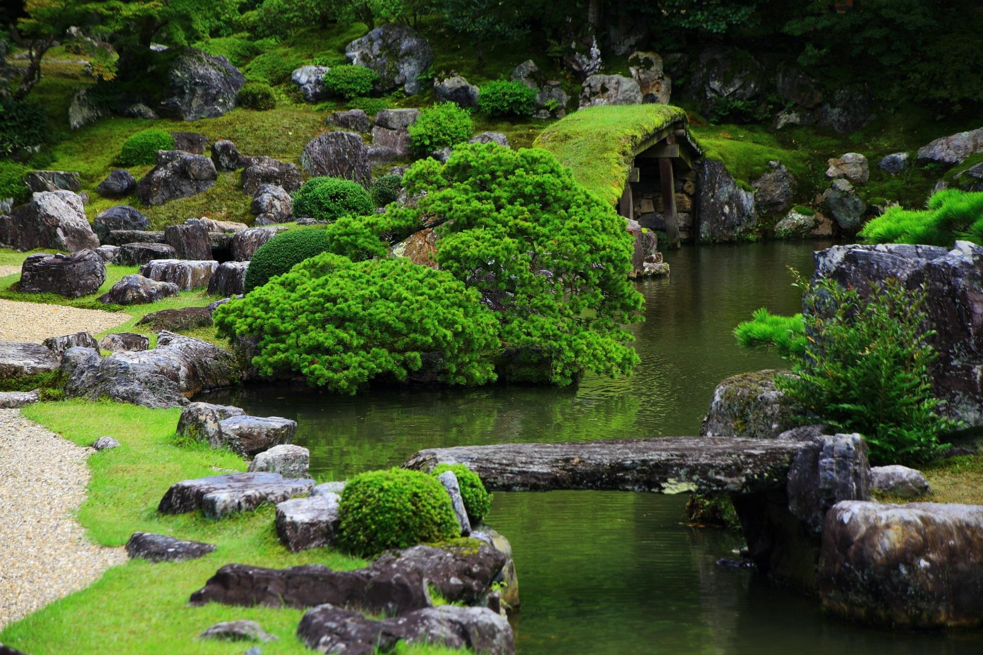 緑や岩をたくさん使った三宝院庭園の池