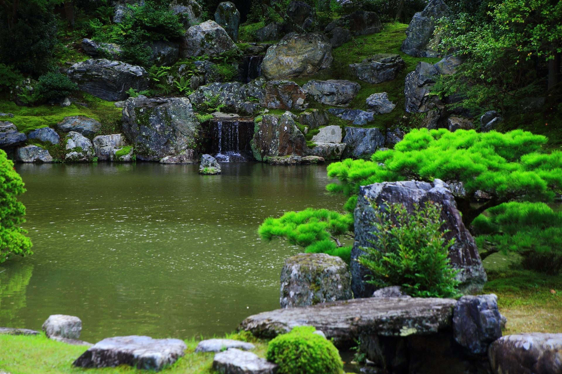 三宝院庭園の三段の滝と力意強い岩