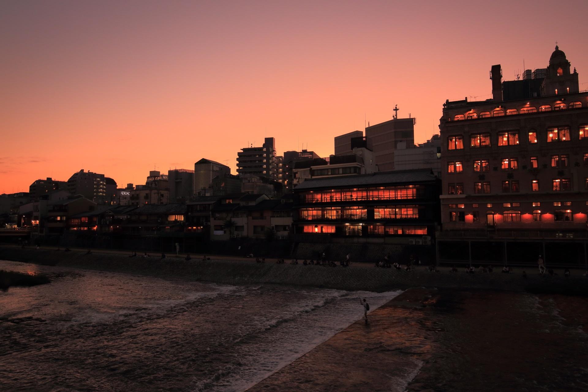 幻想的な夕焼けに染まる鴨川