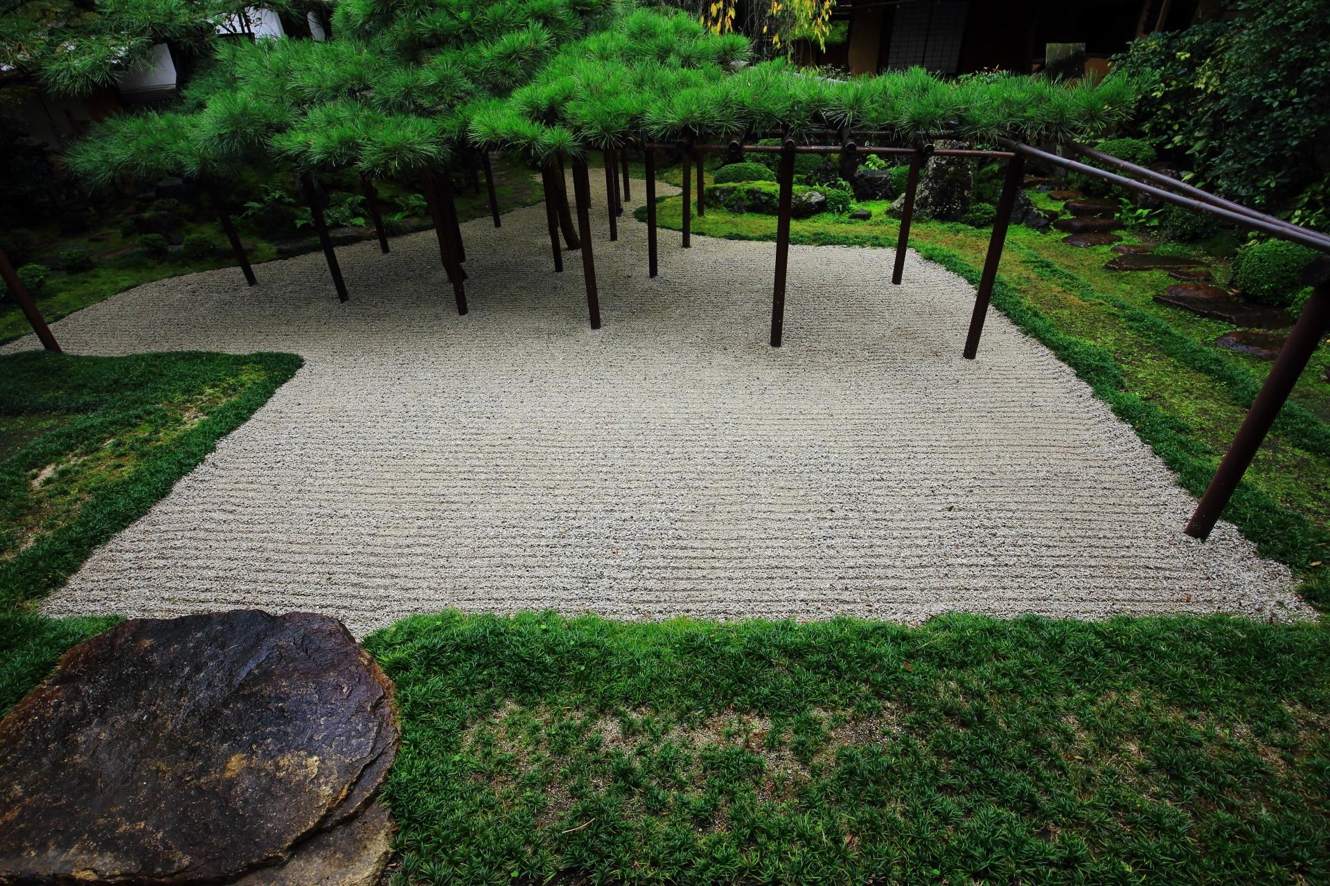 独創的な枯山水庭園である臥龍松の庭