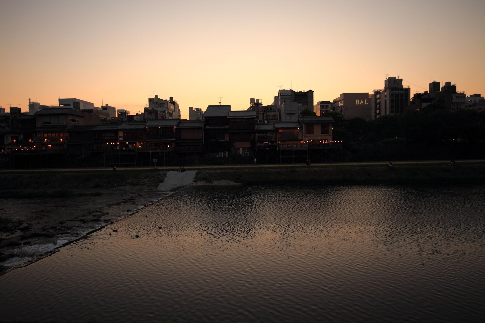 ほのかな夕焼けの鴨川