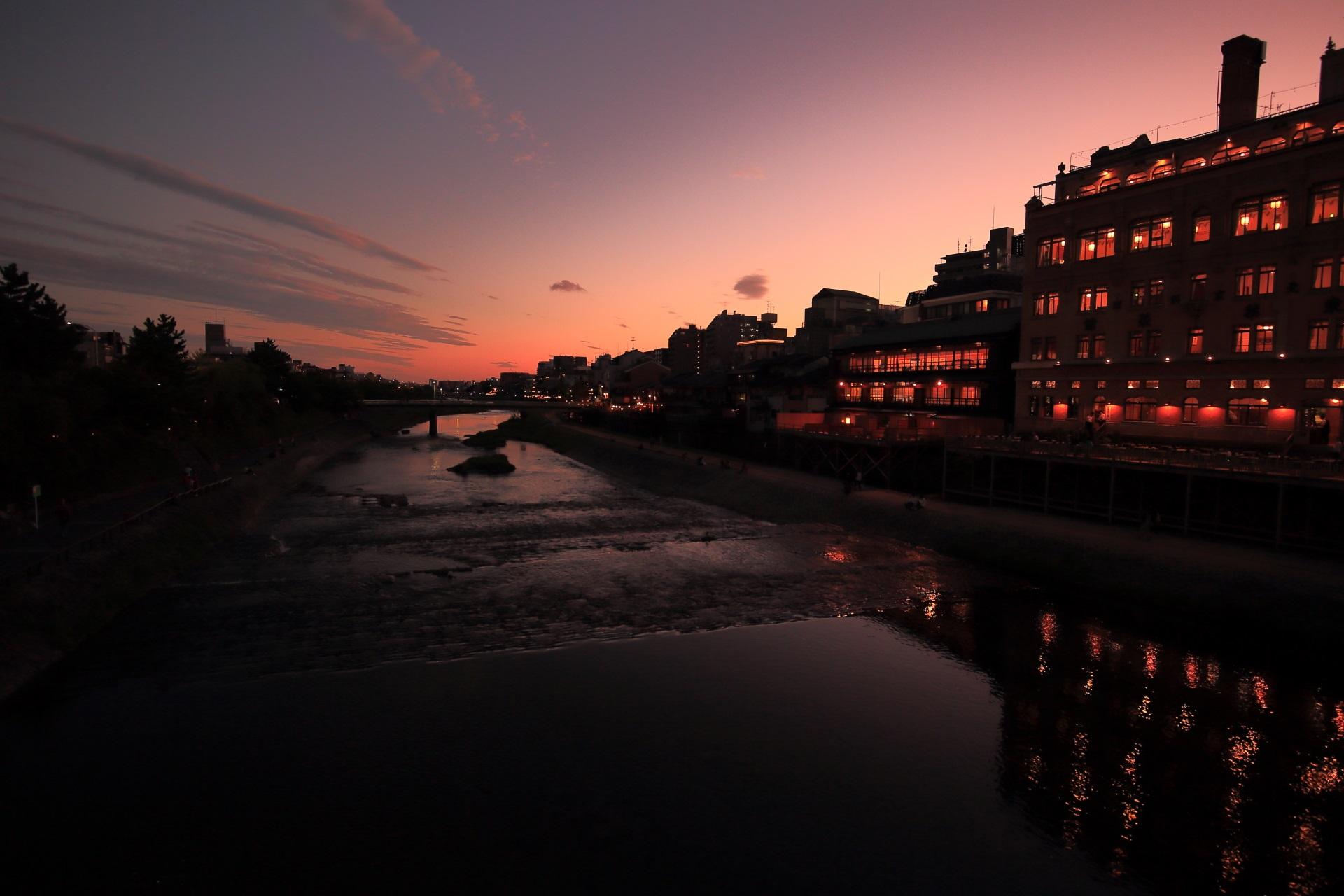 レトロな東華菜館と鴨川の淡い夕焼け