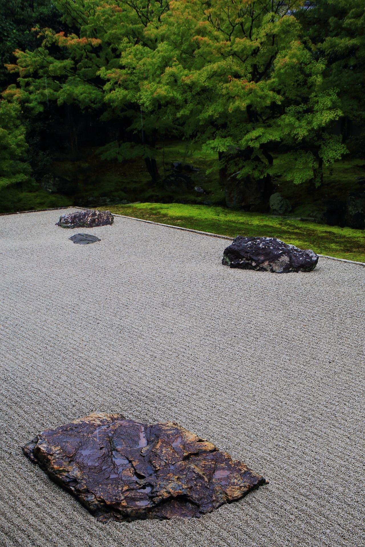 様々な岩が配された相国寺開山堂庭園