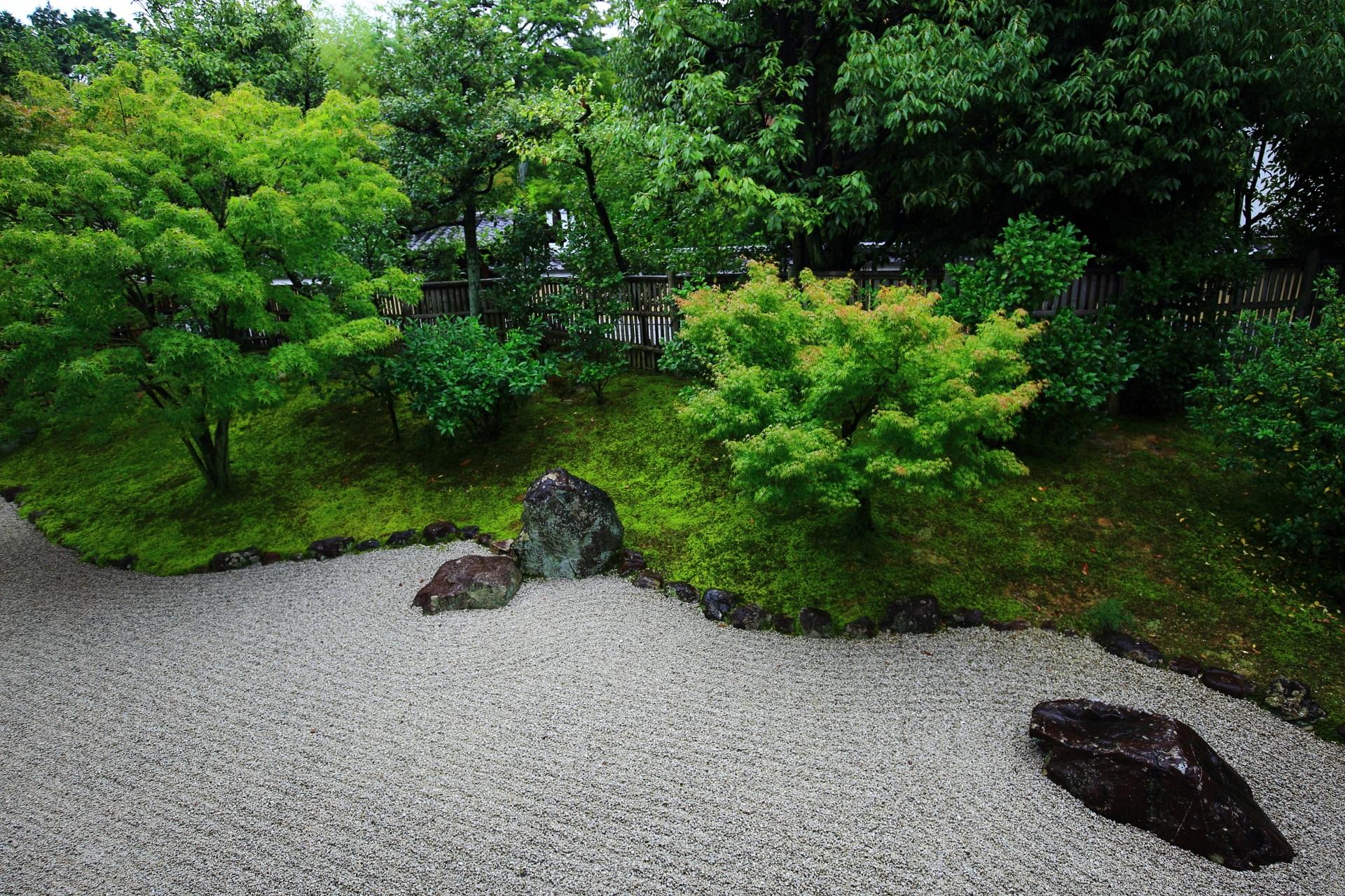 緑と白砂のコントラストが美しい開山堂前庭