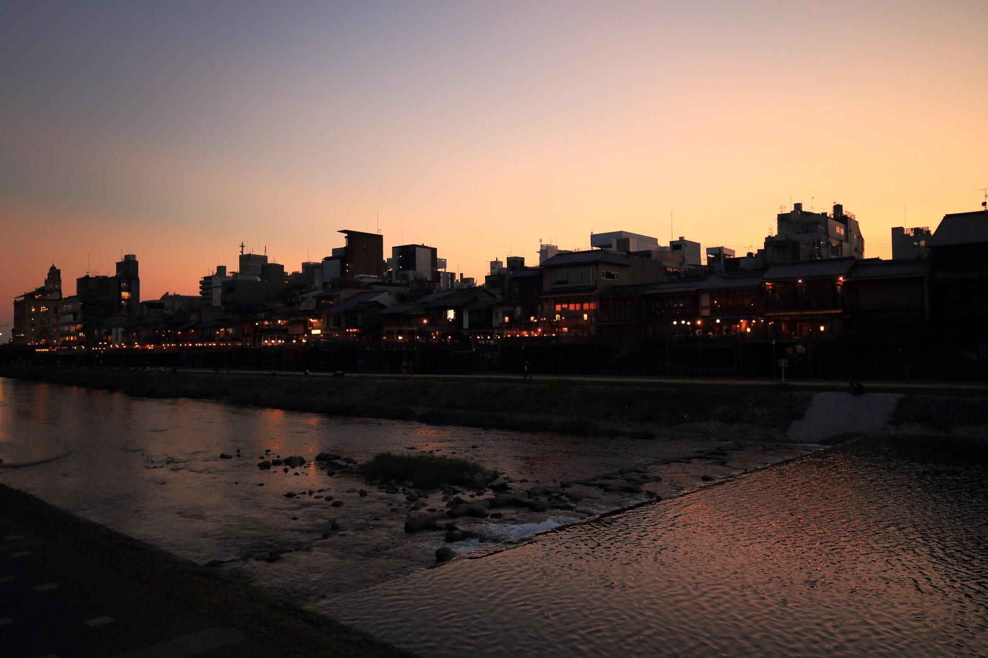 淡い夕焼けの鴨川