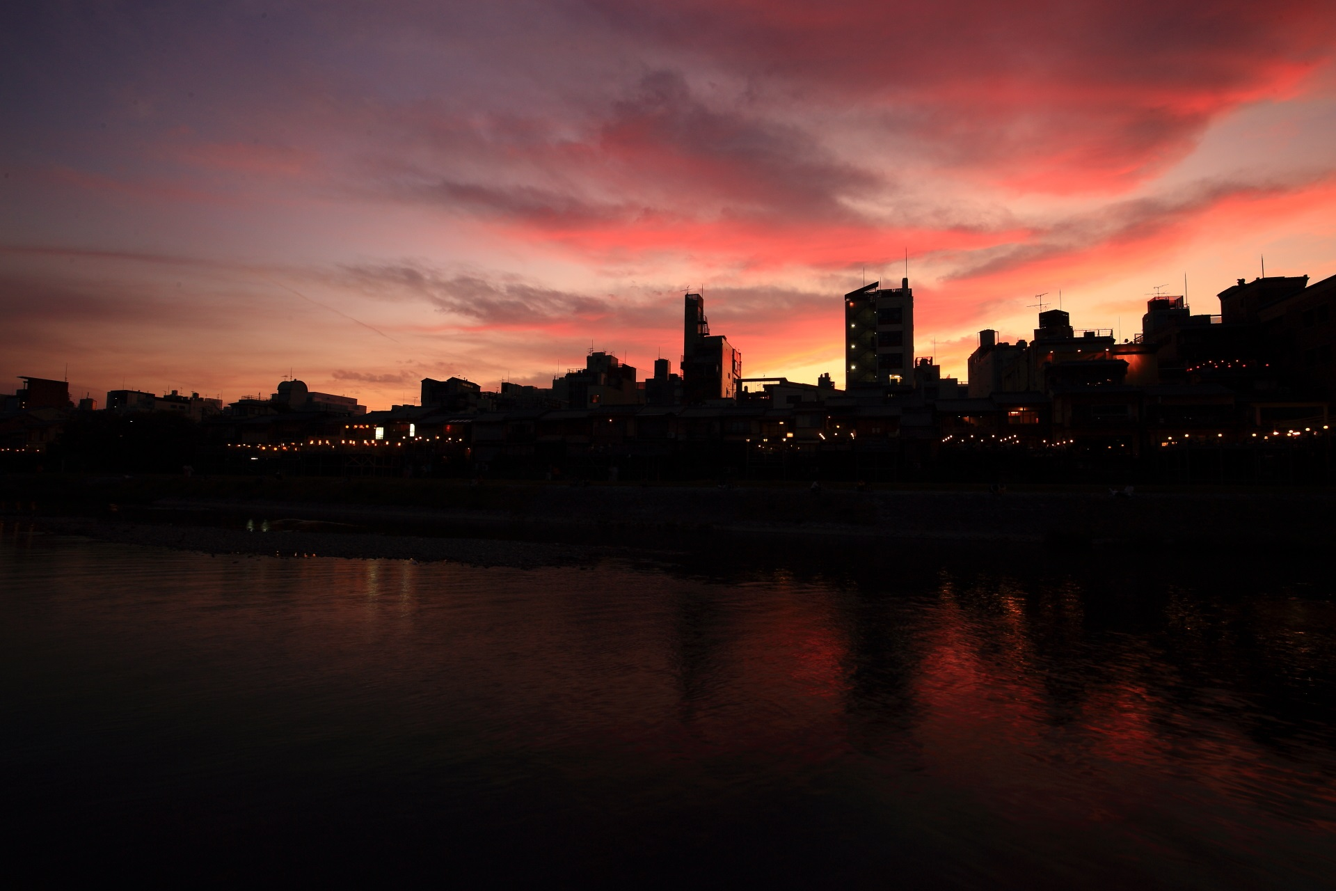 雲と空が赤く染まる鴨川