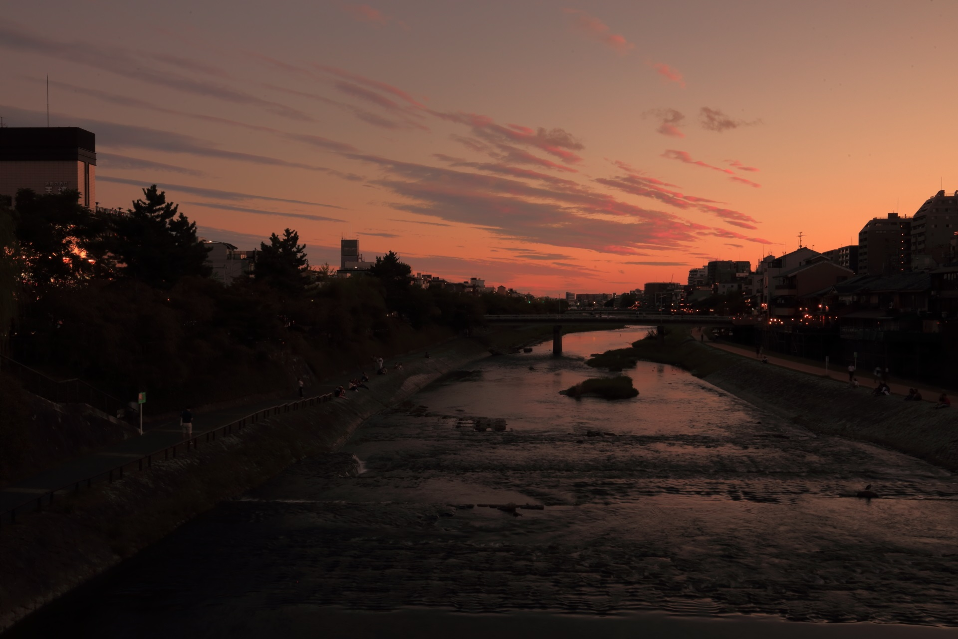 四条大橋から団栗橋方面の鴨川の夕焼け