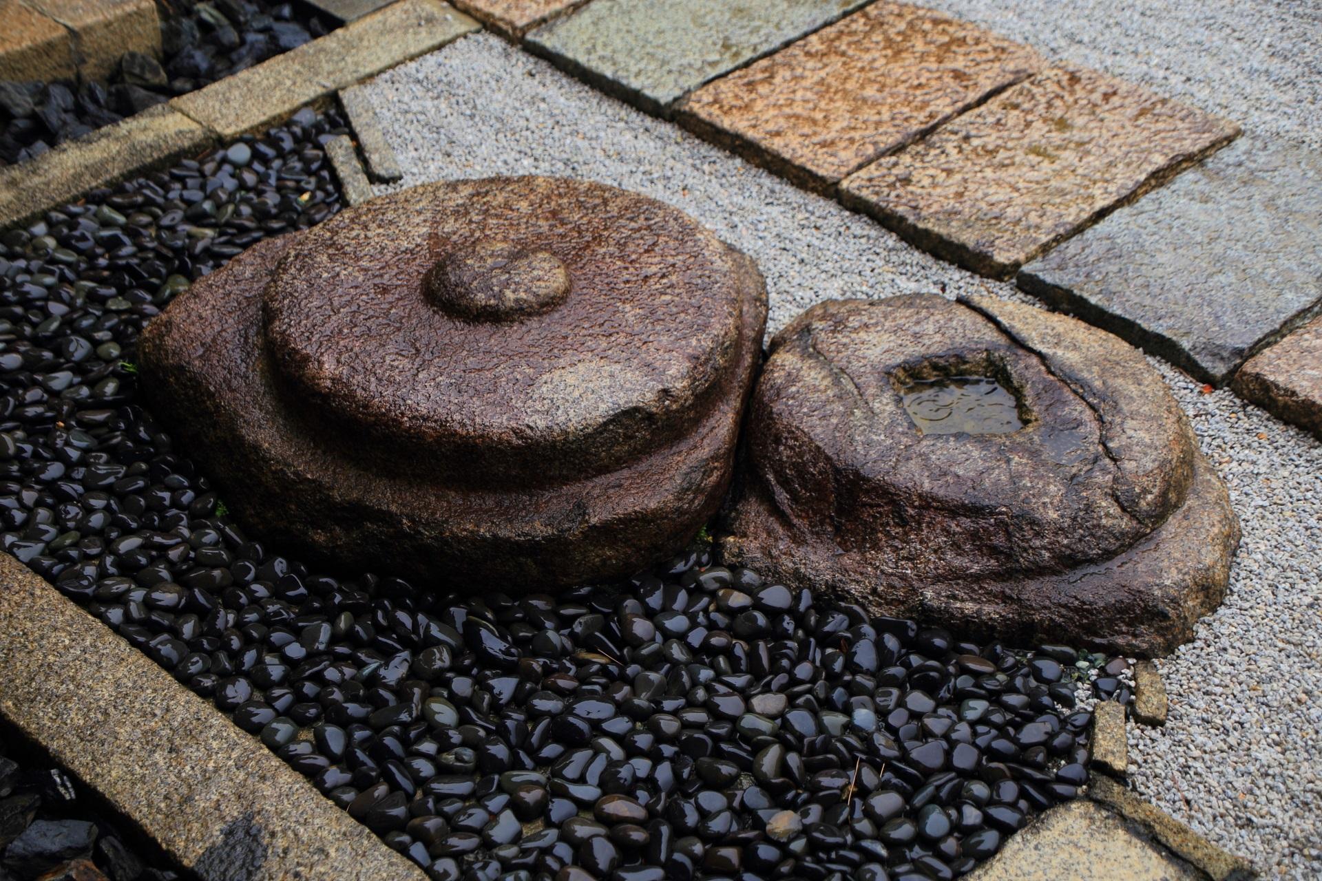 観智院の石庭の丸い岩