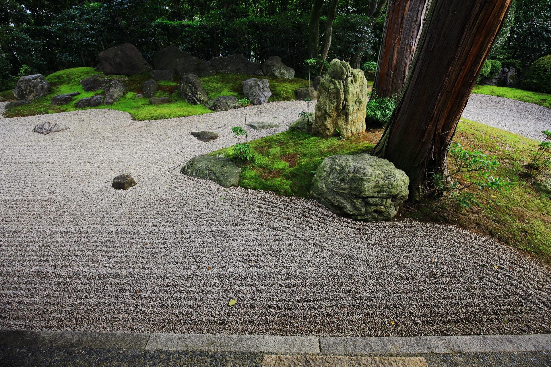 大きな岩が配された涅槃の庭