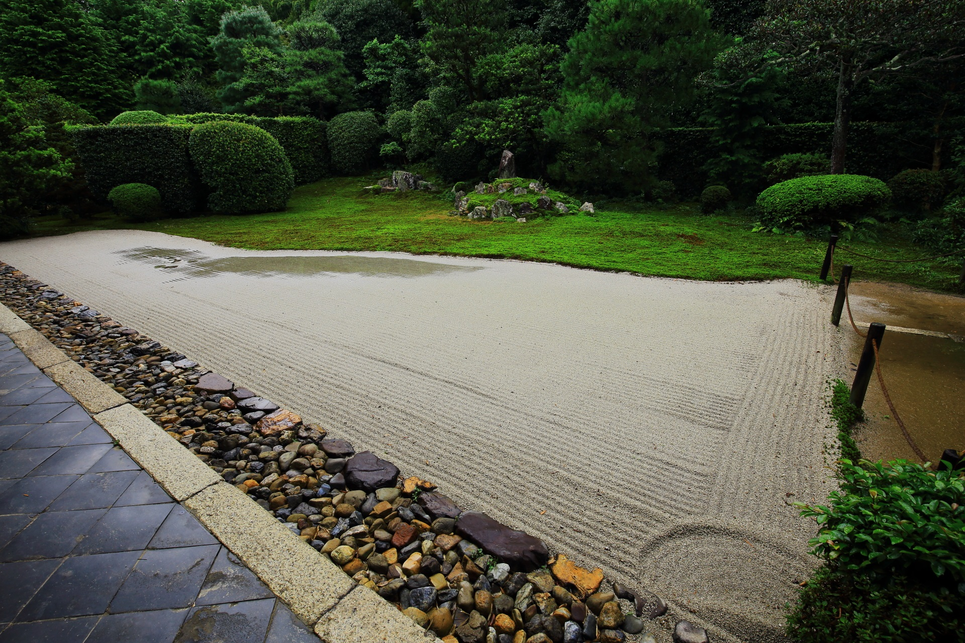 白砂と苔の芬陀院の枯山水庭園