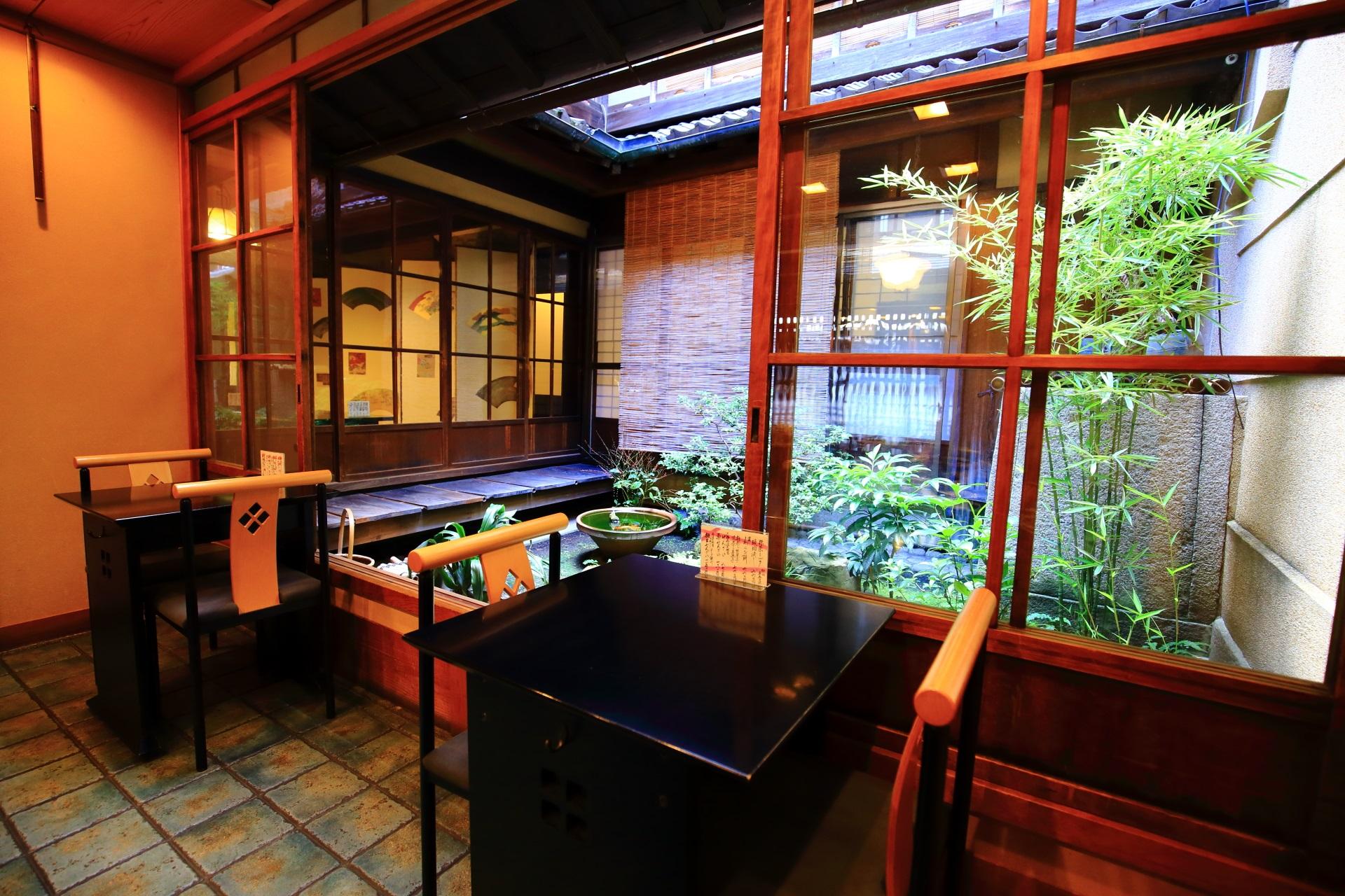 栖園の綺麗な店内と風情ある中庭で