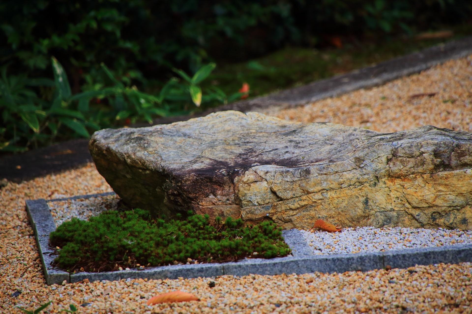 様々な岩が用いられた随縁の庭