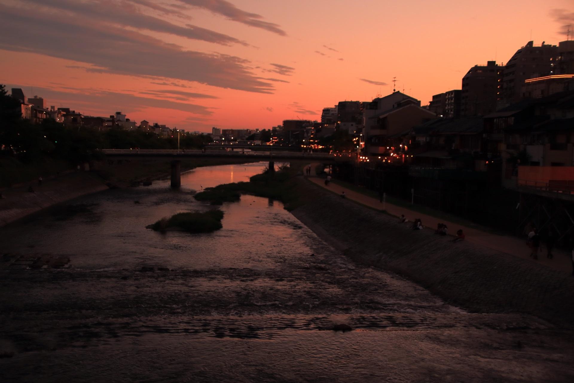夕焼けで川面が赤く染まる鴨川