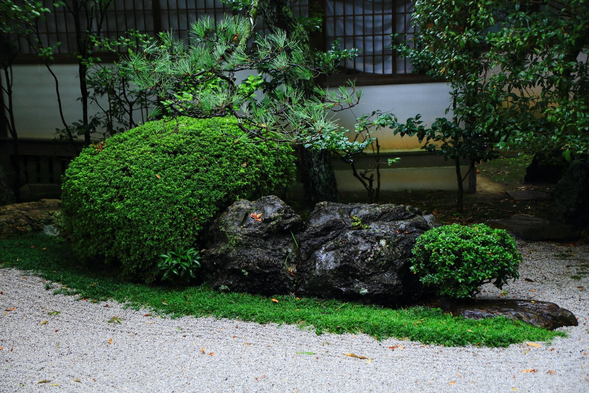 白砂に浮かぶ緑と岩
