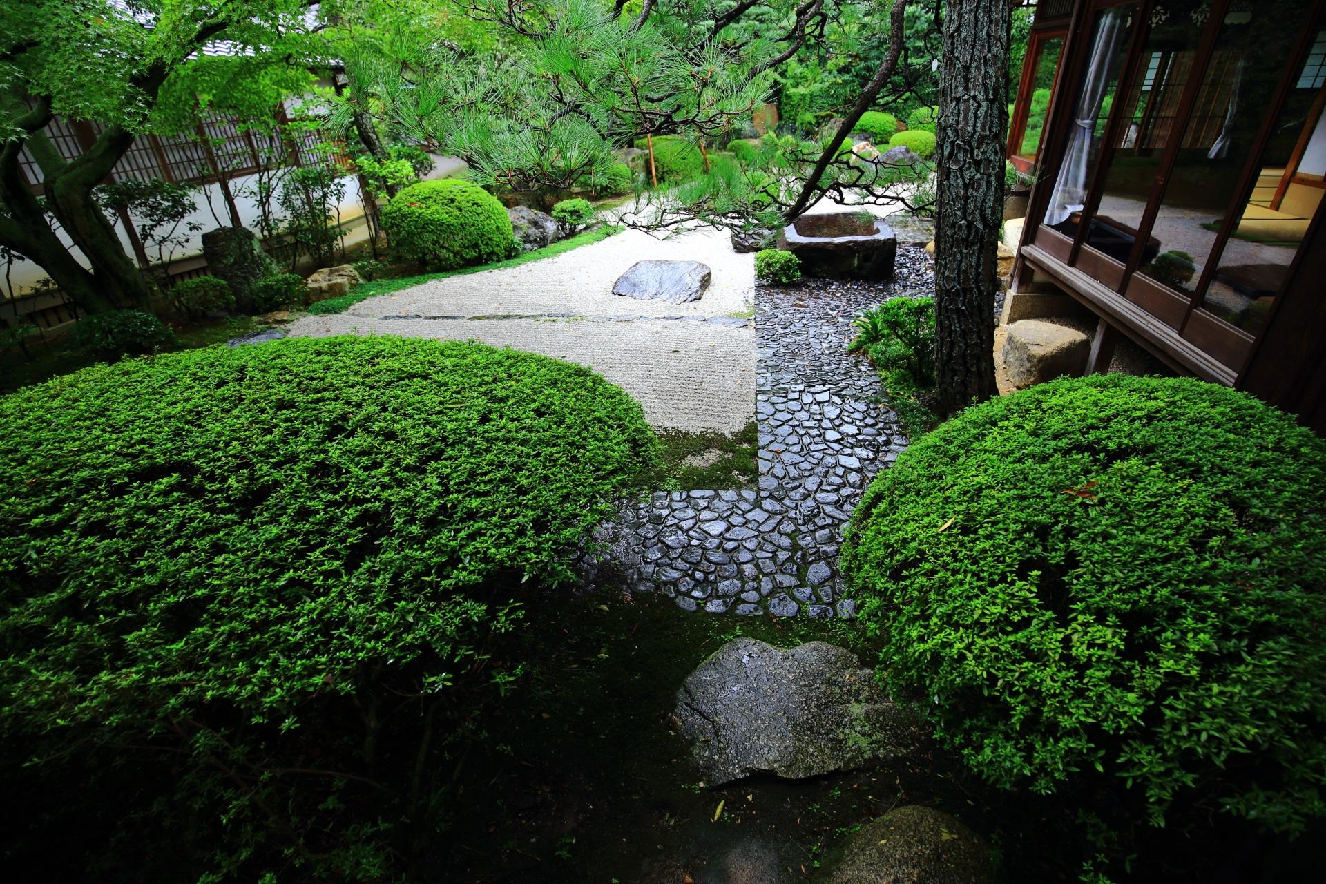 様々な見方ができる御香宮神社の石庭