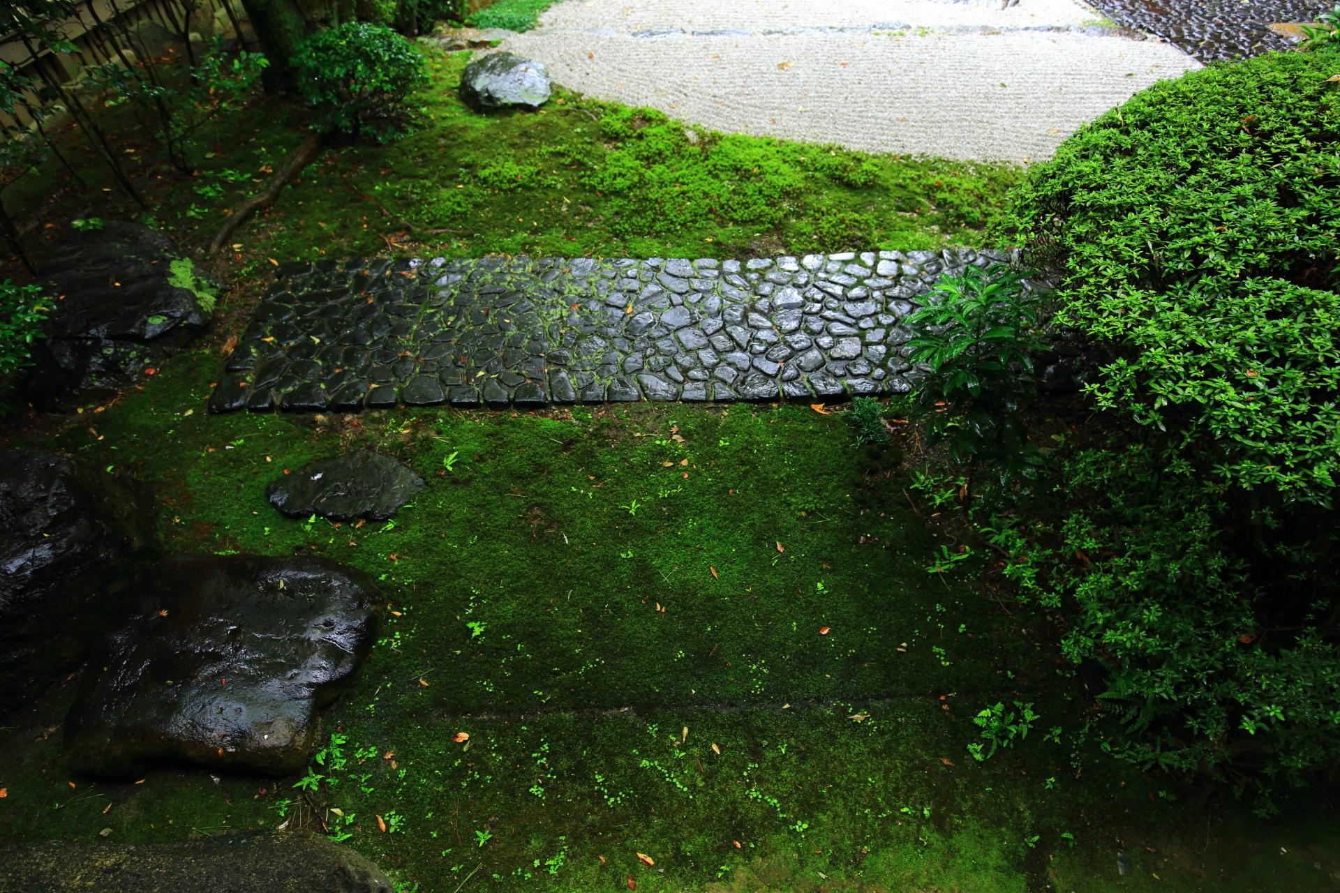 緑の苔が美しい御香宮神社の庭園
