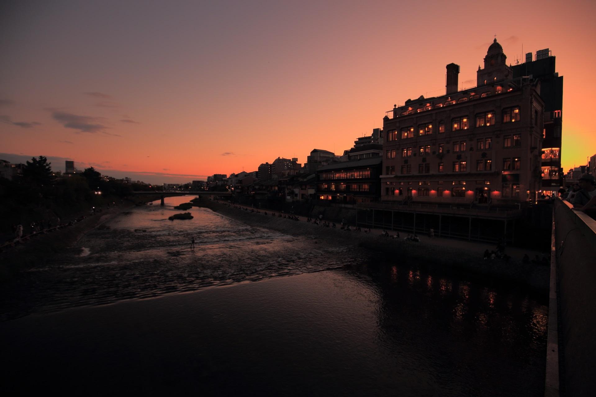 四条大橋から眺めた鴨川と東華菜館の夕焼け