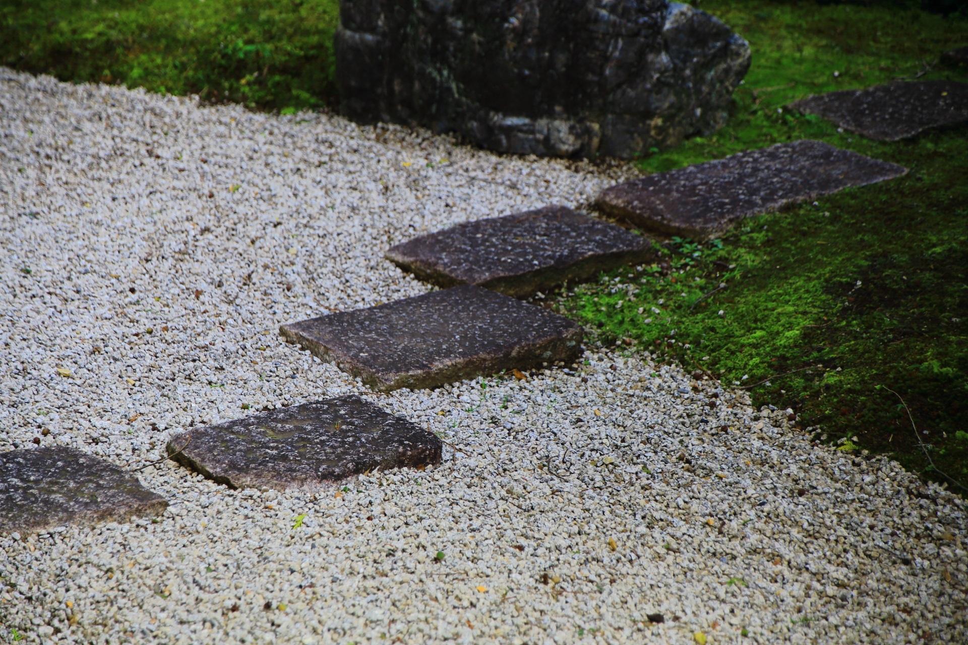 真如堂庭園のの白砂と飛び石