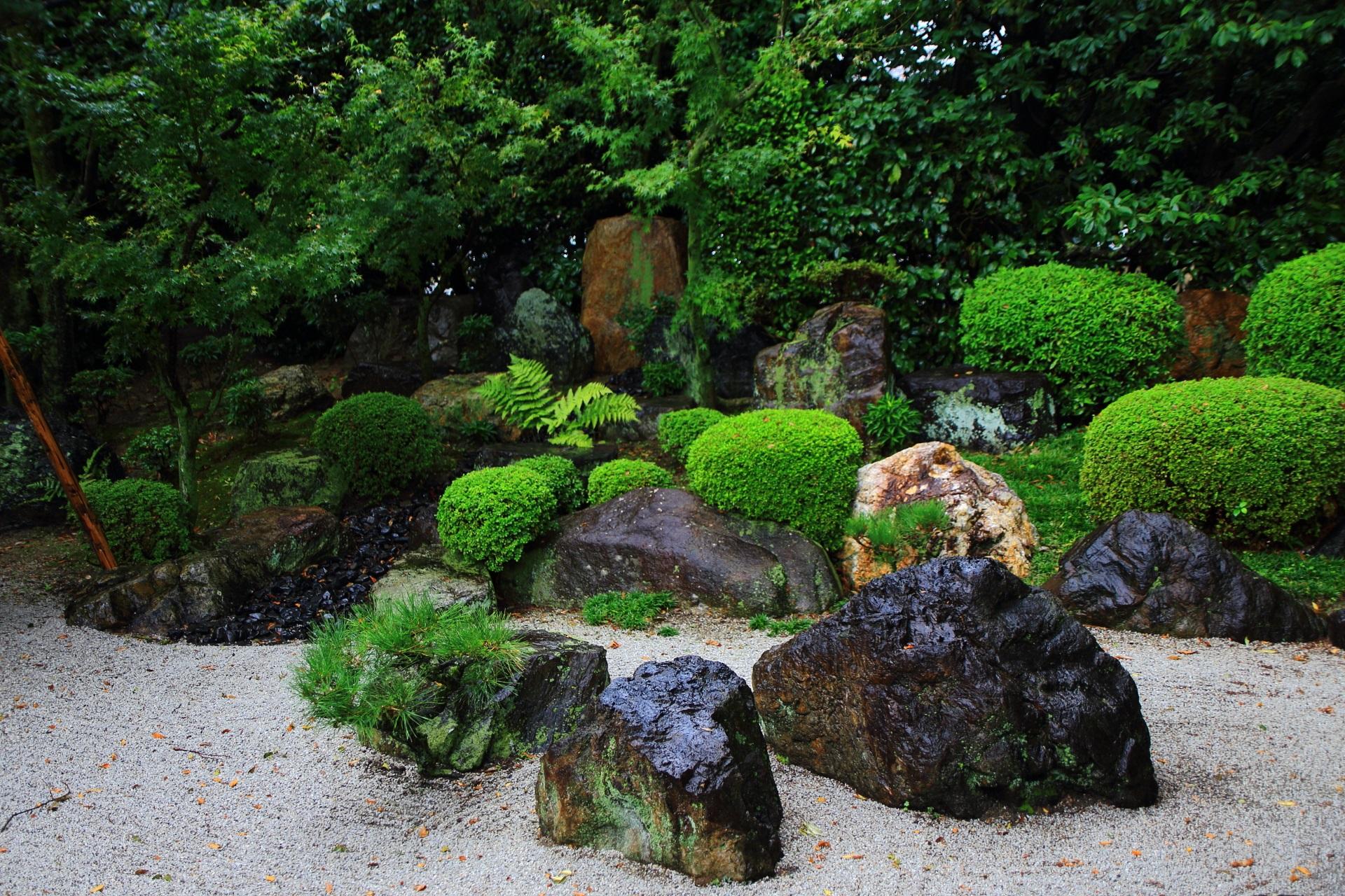 御香宮神社の庭園の様々な形や色の岩