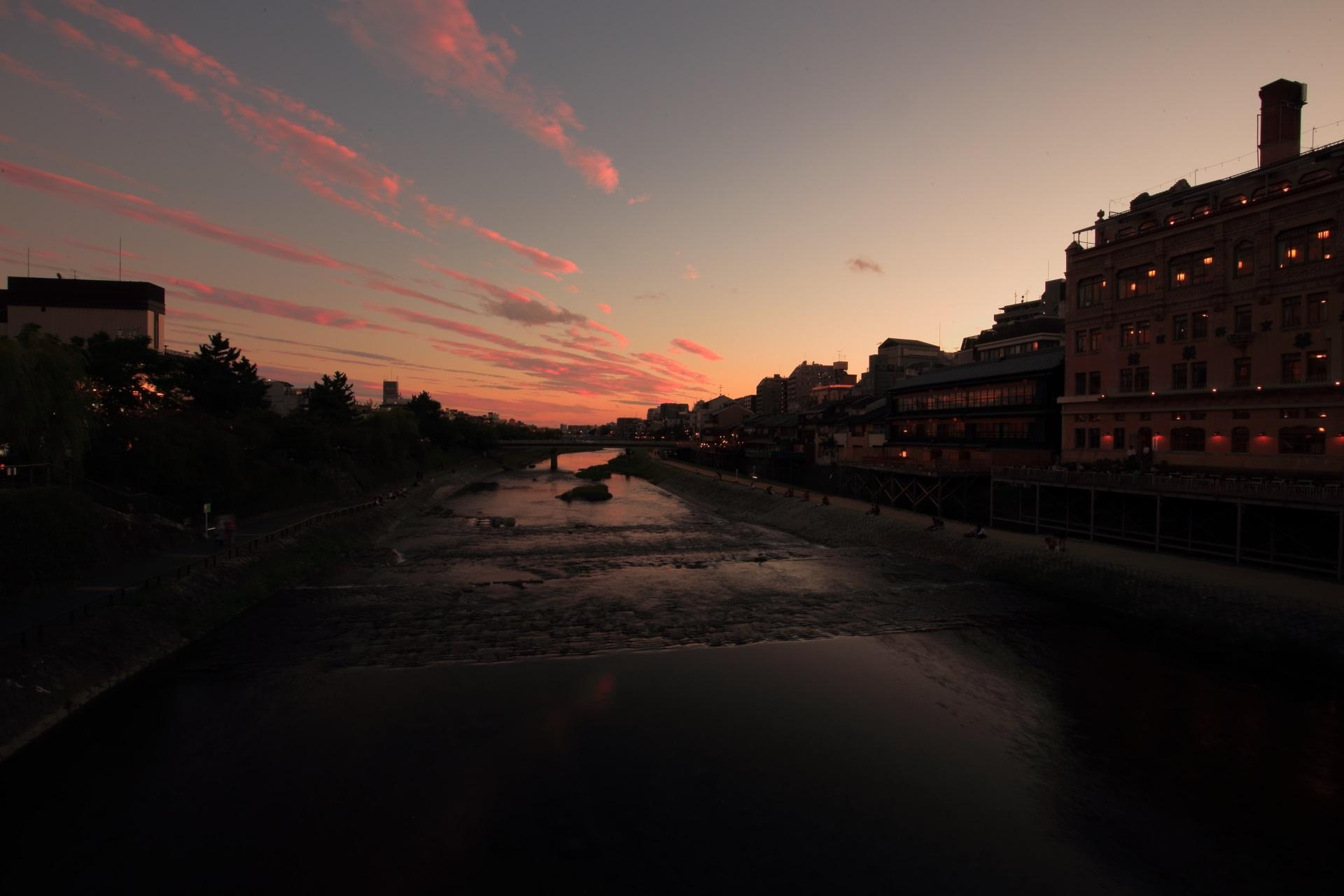 四条大橋から眺めた鴨川の夕焼け