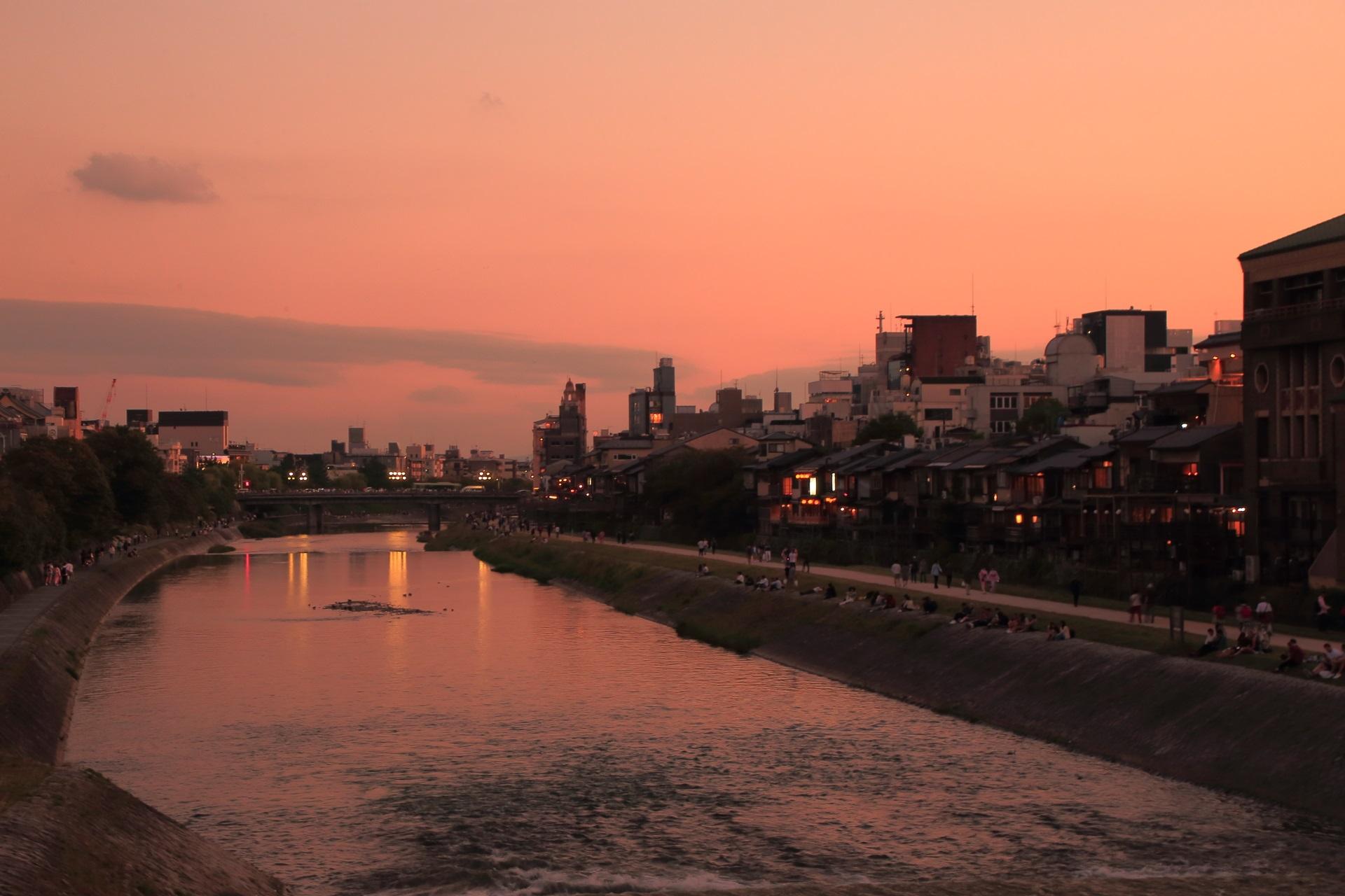 鴨川の美しい夕焼けの水鏡