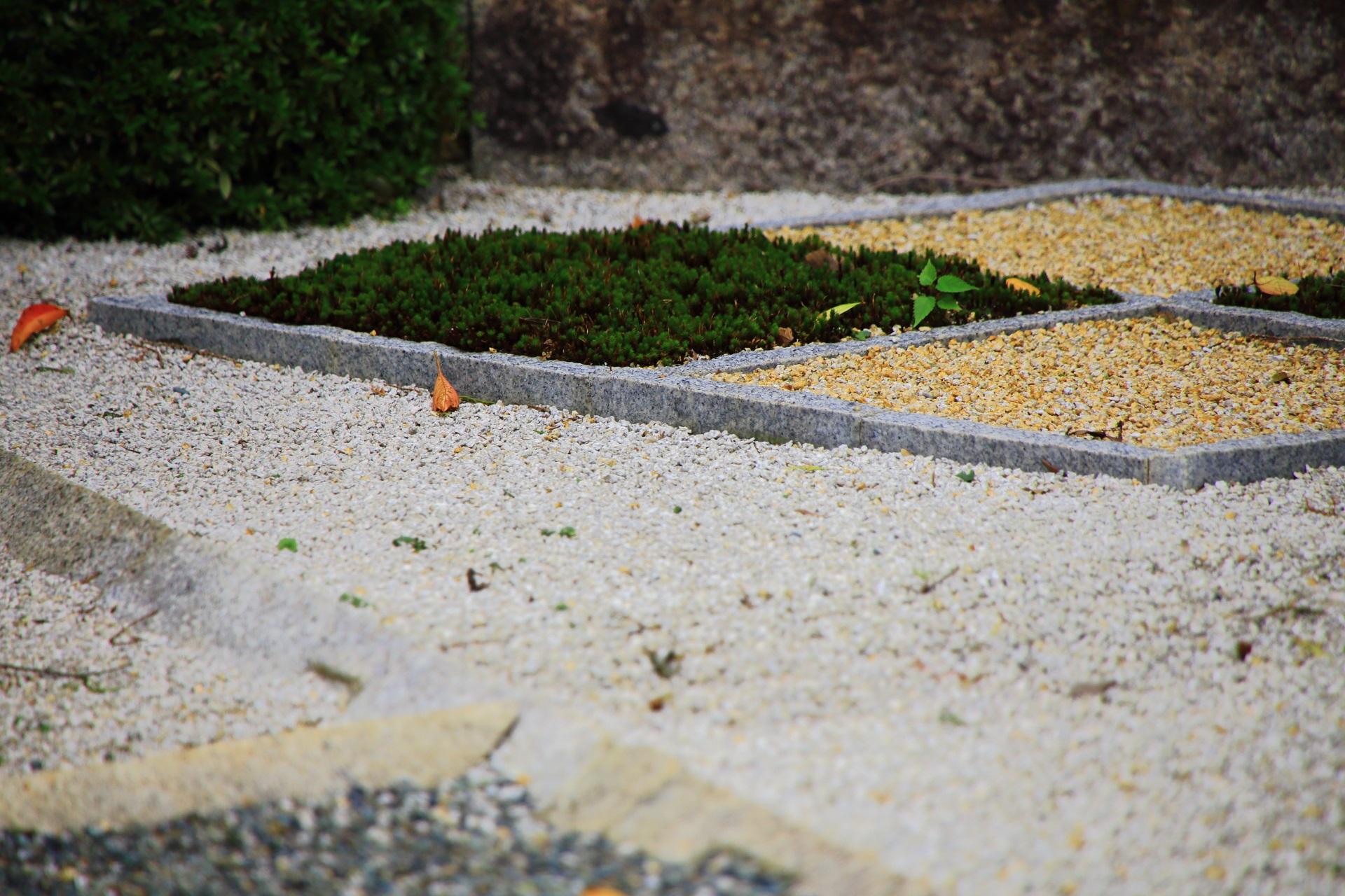 三色の砂が用いられた随縁の庭