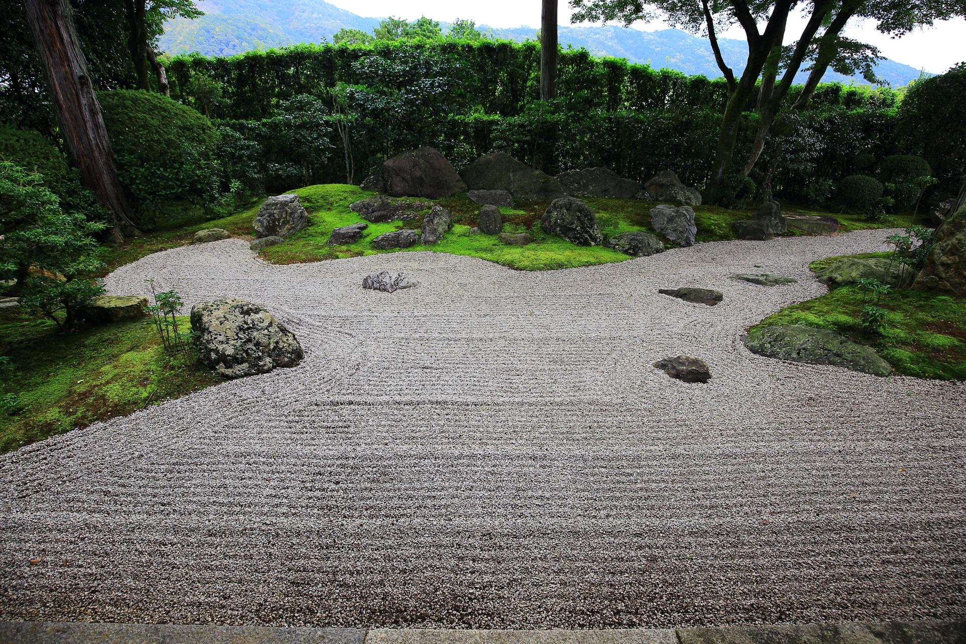 白砂と苔と東山の借景庭園である涅槃の庭