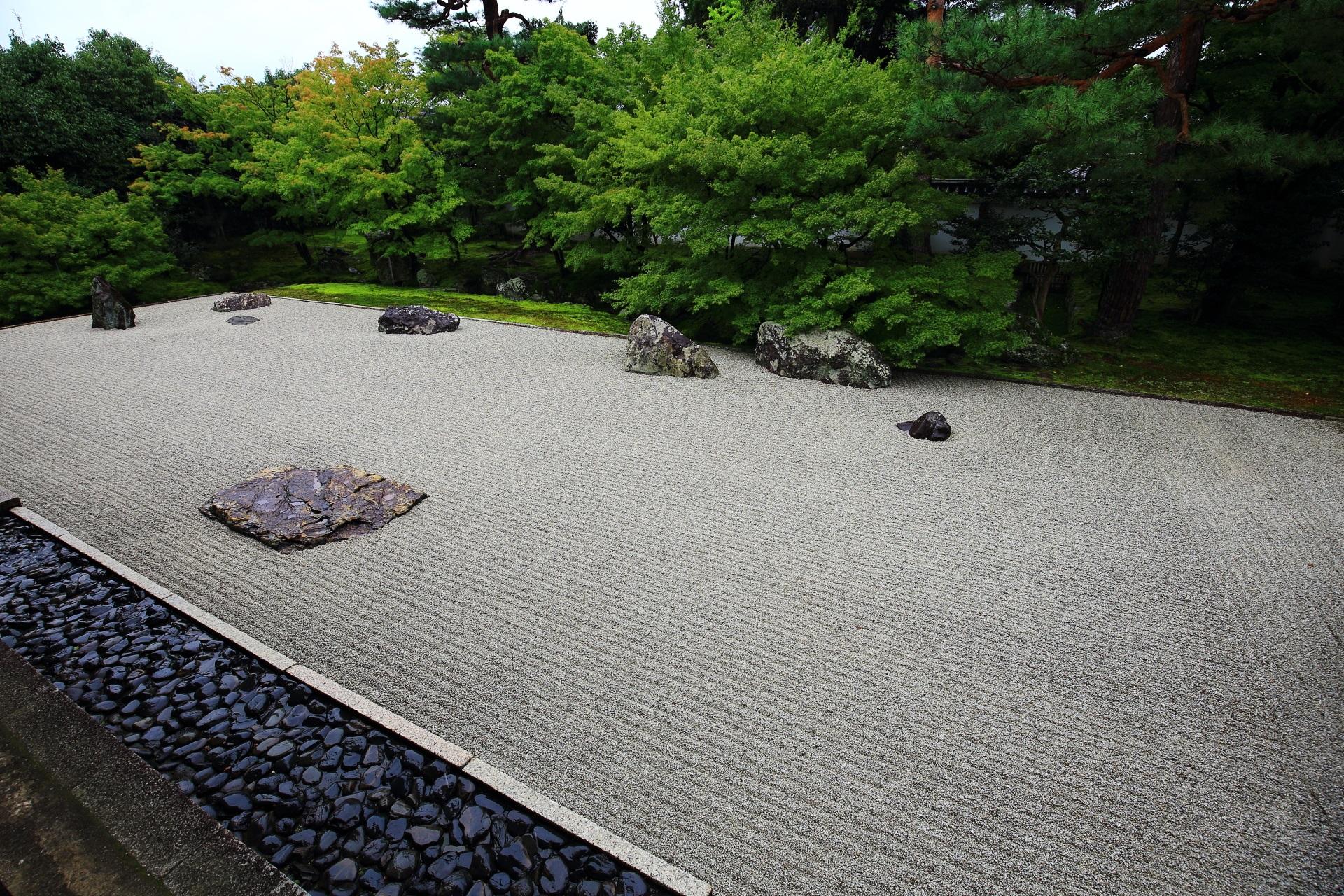 白砂と岩や緑が美しい相国寺開山堂庭園