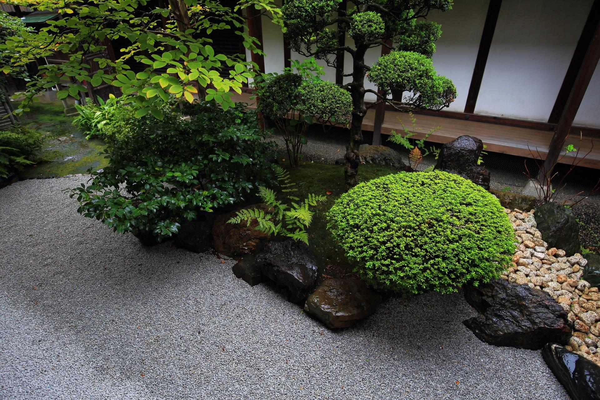 L字型に続く四方正面の庭