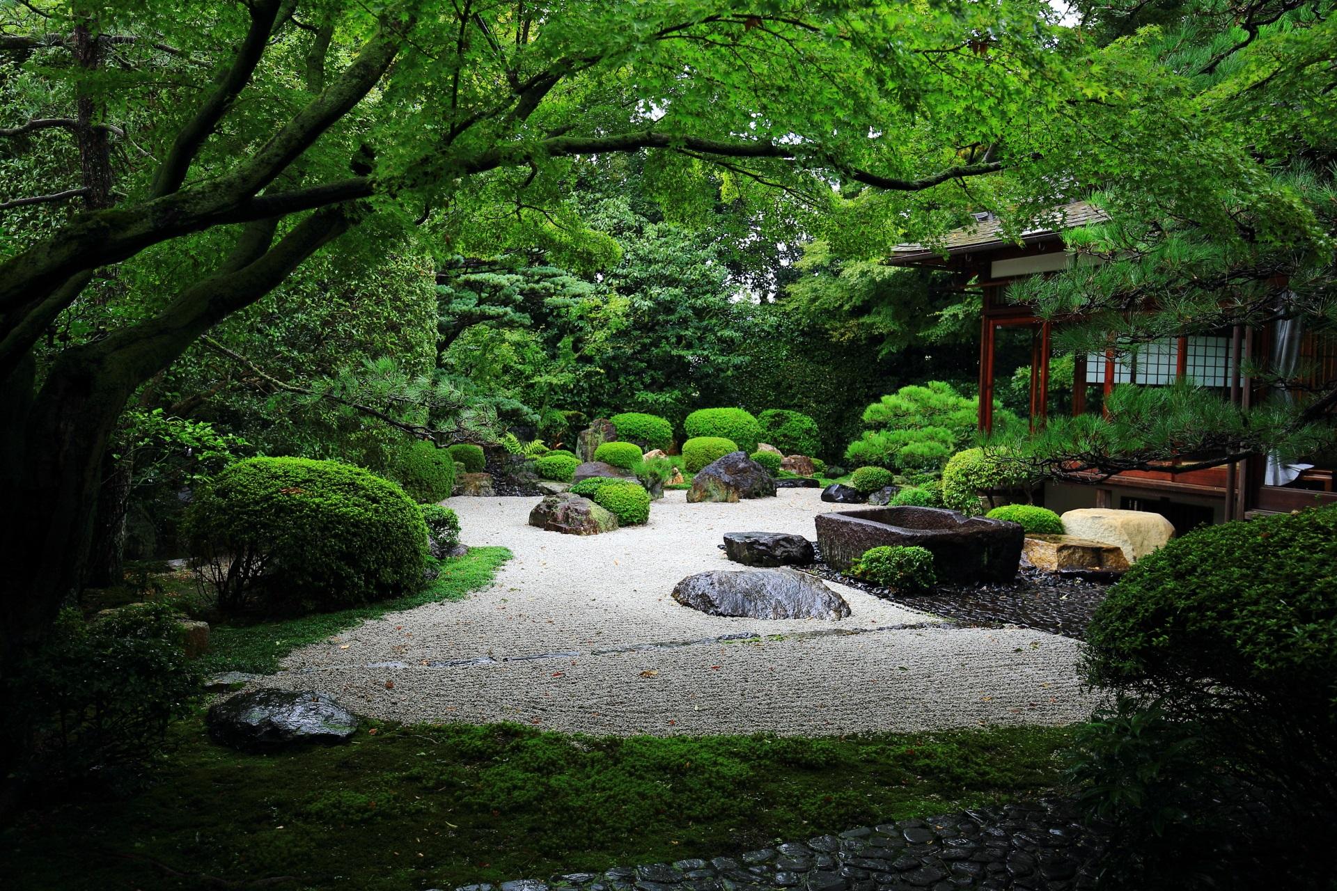 白砂に緑と岩を配した日本庭園の御香宮神社の庭園