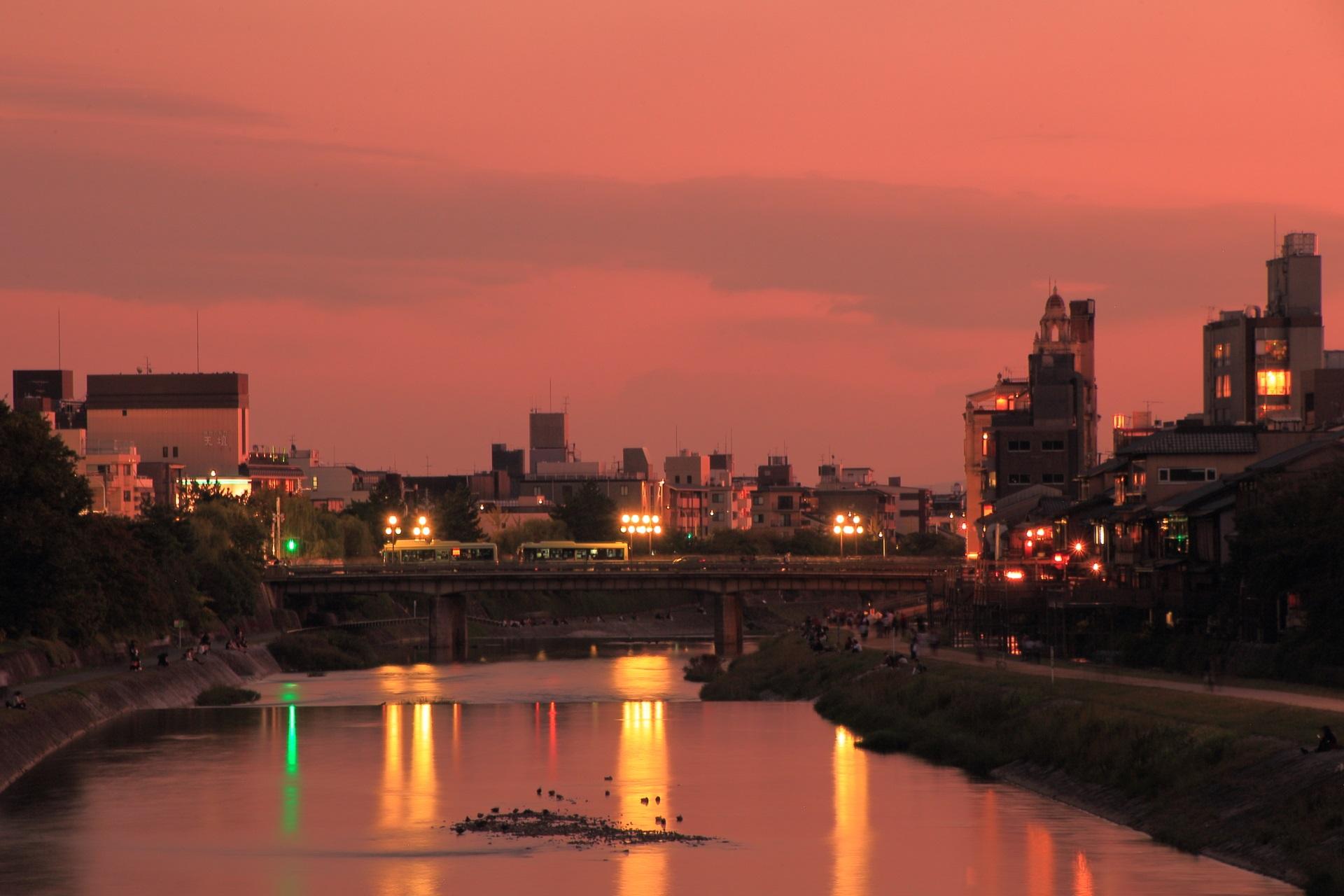 綺麗な夕焼けにつつまれた鴨川と四条大橋