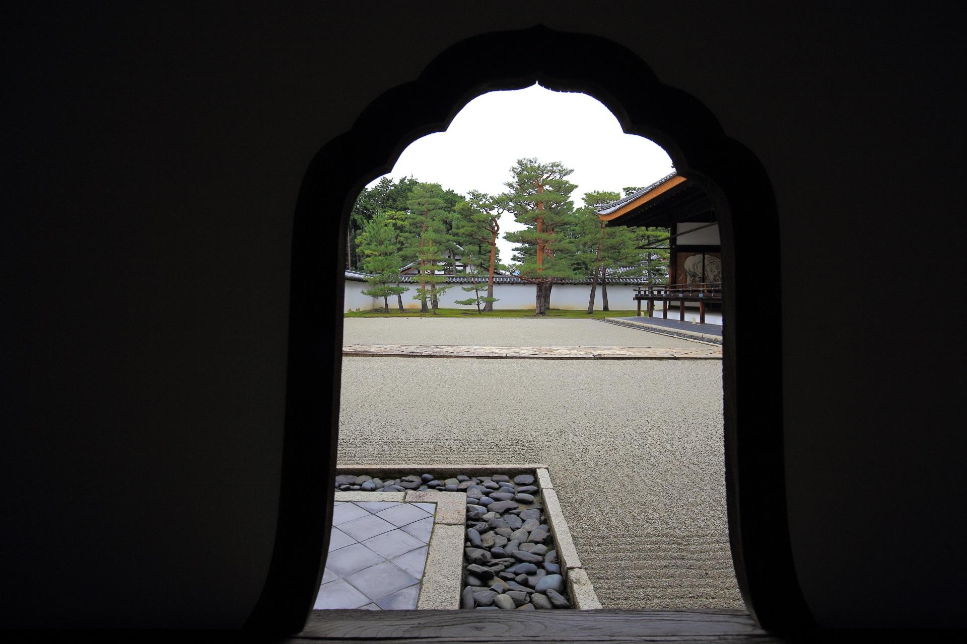 相国寺方丈庭園の華頭窓(かとうまど)