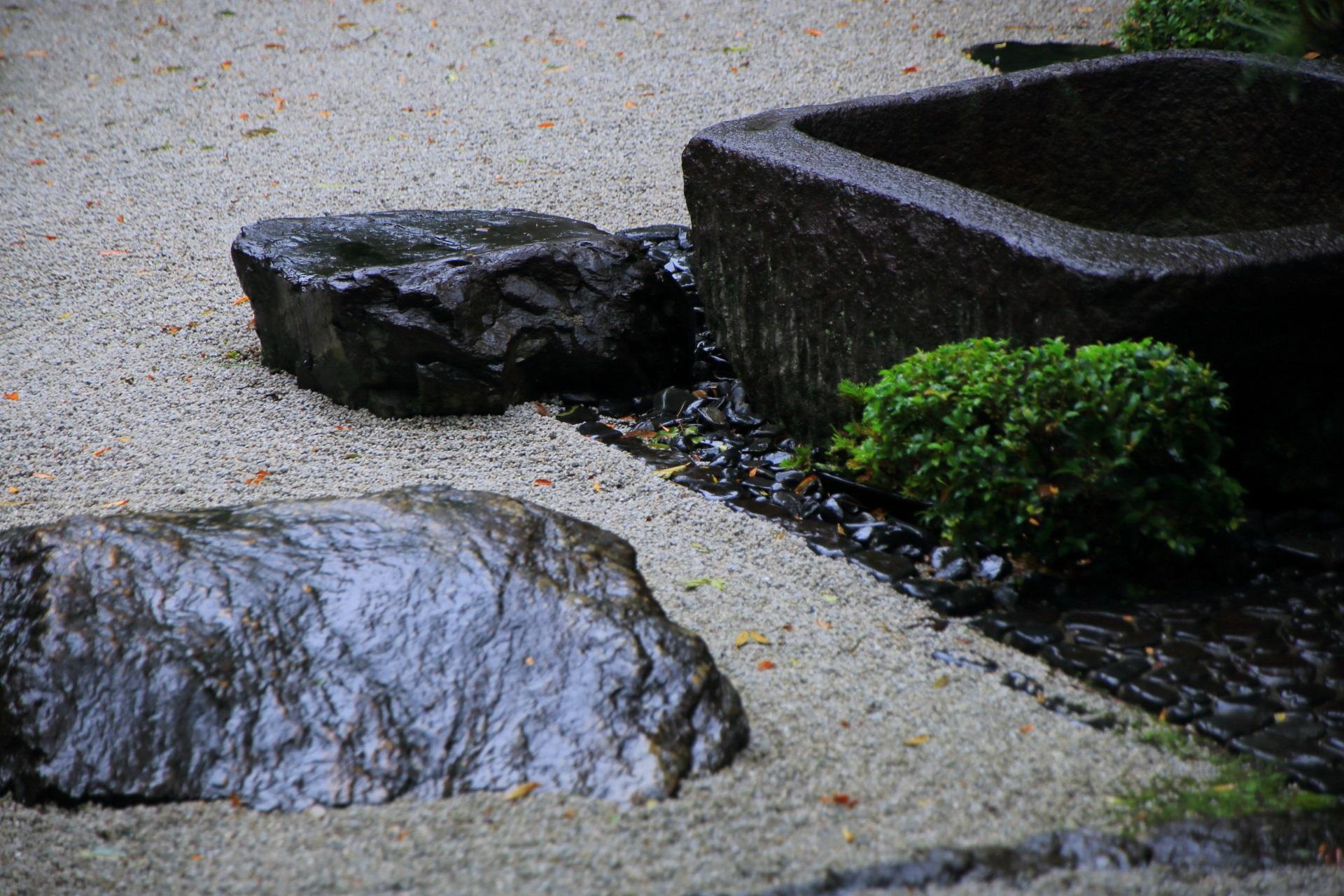 手水鉢と雨で輝く岩