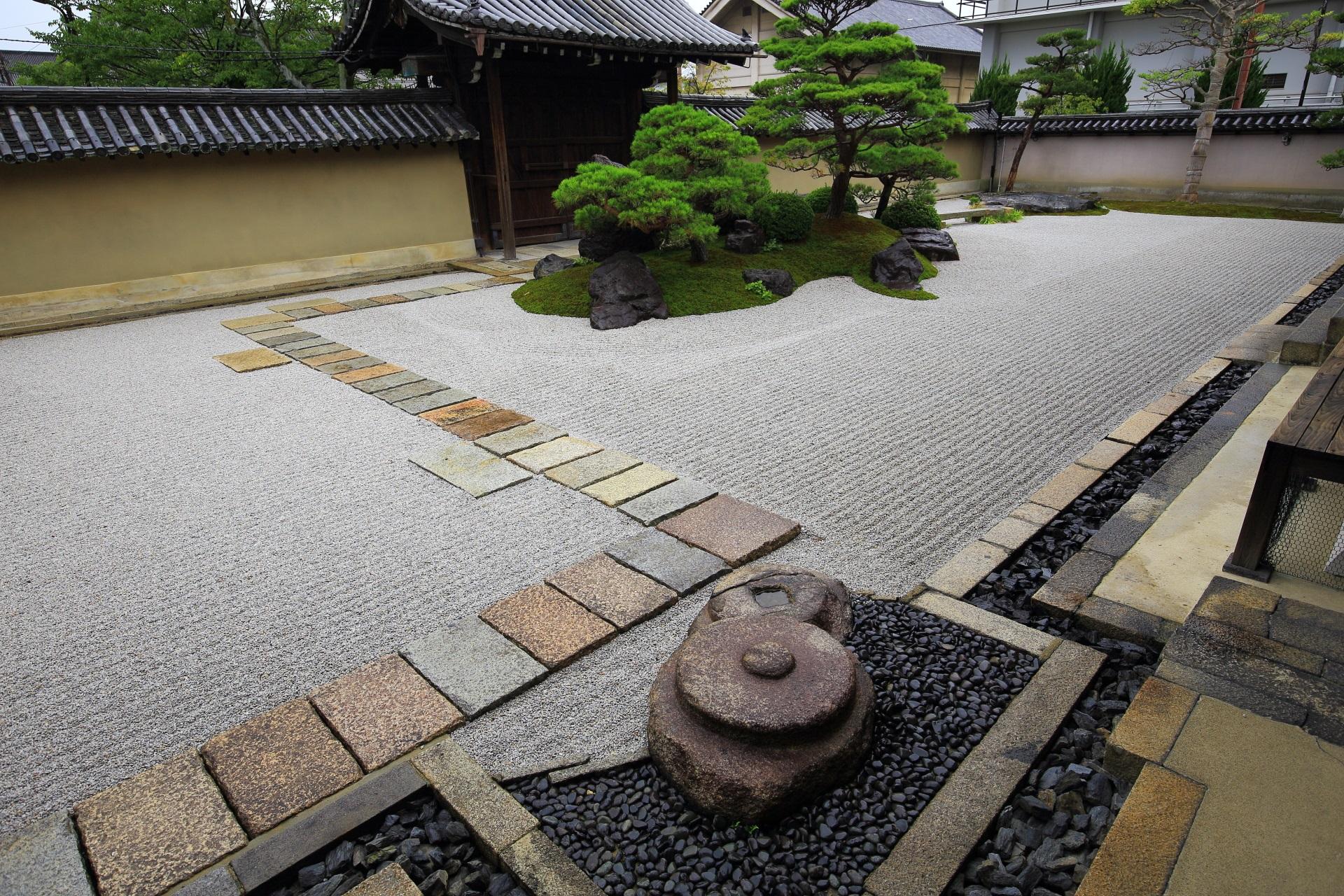 観智院の客殿南側の枯山水庭園