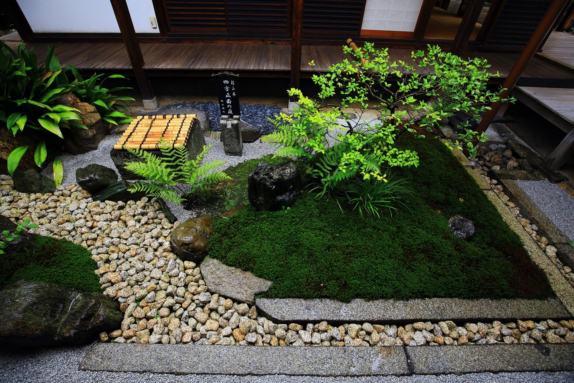 緑と小石が美しい四方正面の庭