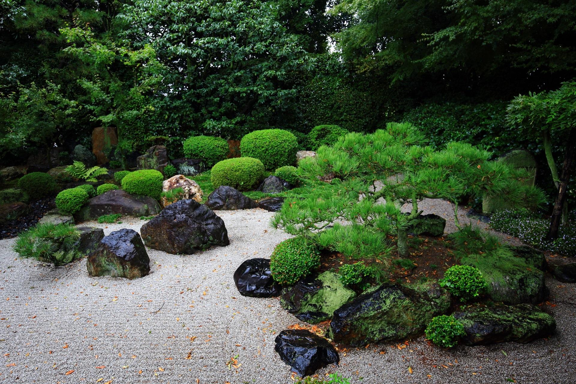 岩と緑の配された御香宮神社の石庭