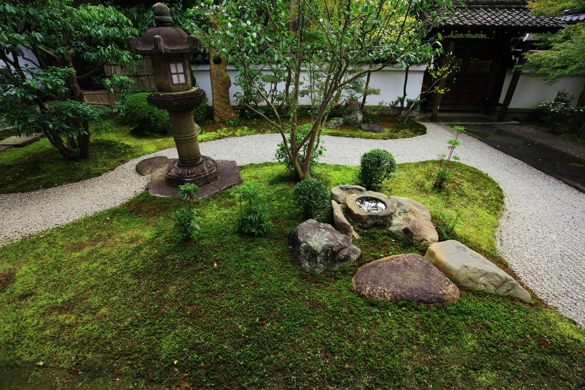 書院南庭園の苔と燈明寺石燈籠