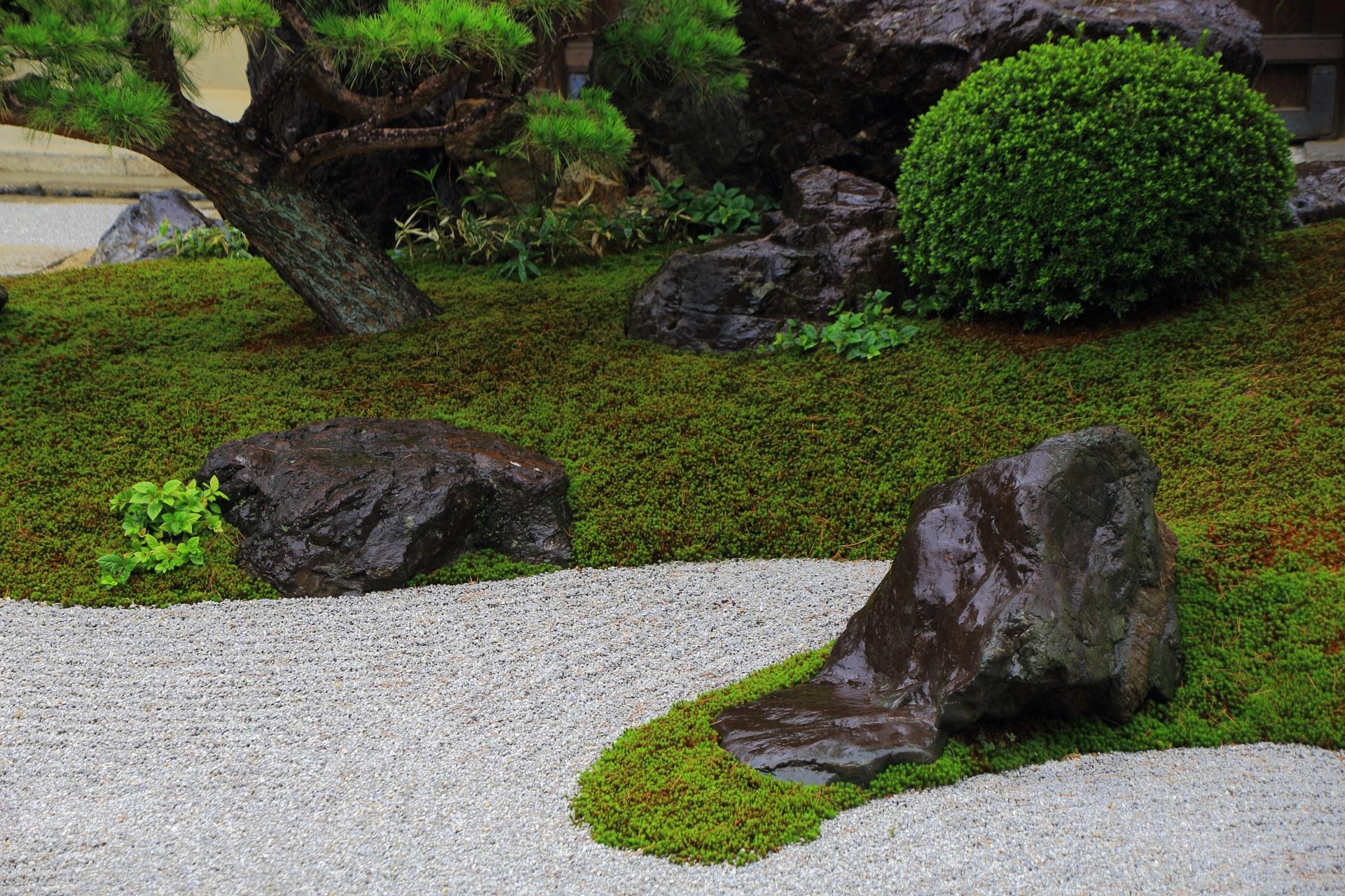 観智院の白砂に苔や岩の配された庭園