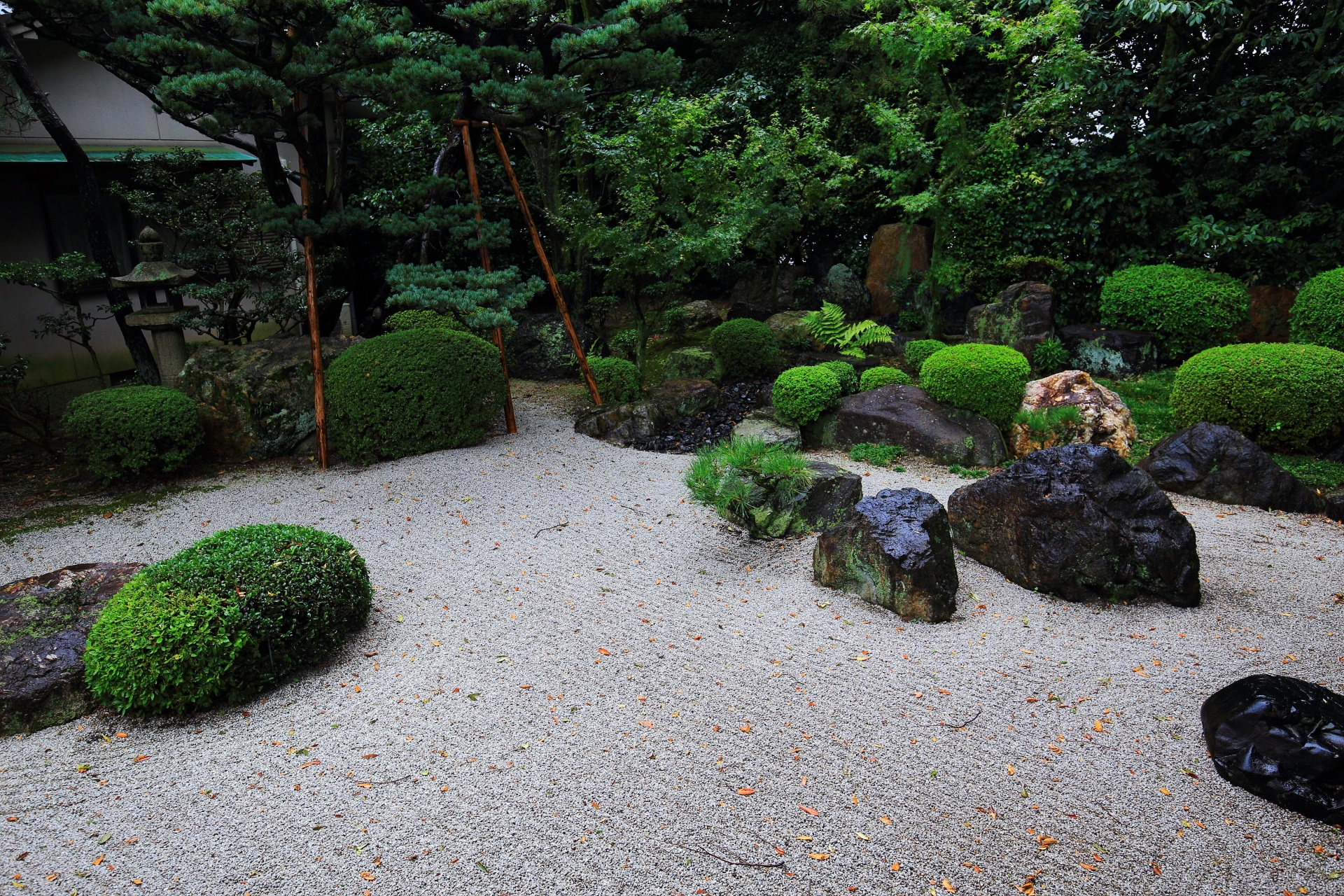 御香宮神社の白砂の石庭