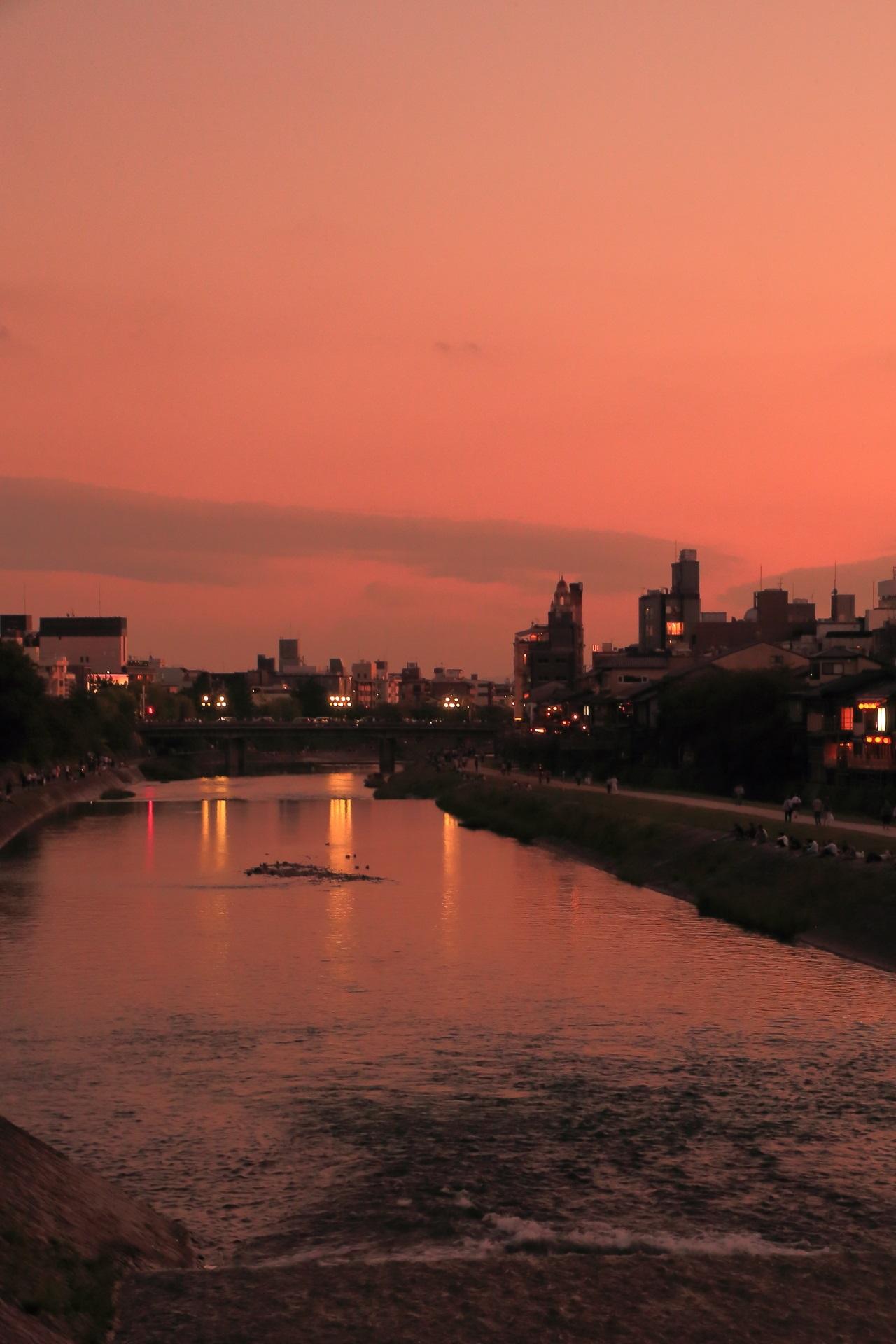 幻想的な鴨川の夕焼けと水鏡