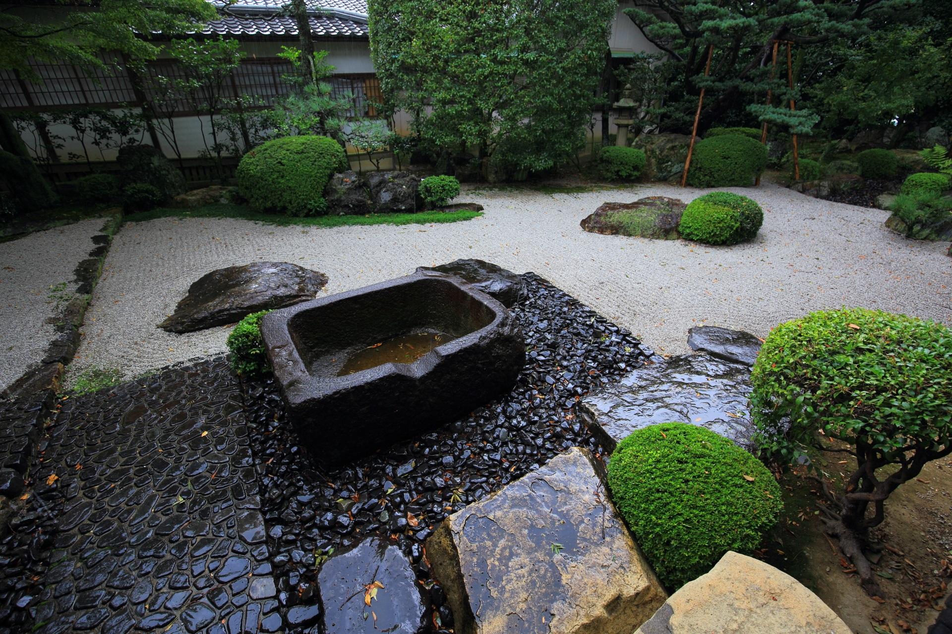 御香宮神社の枯山水庭園の大きな手水鉢