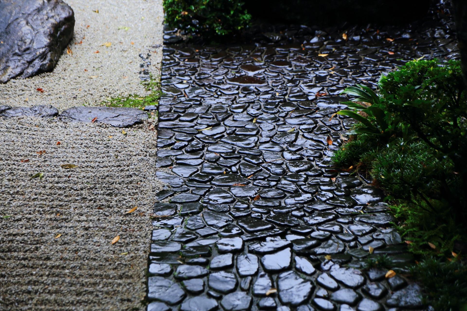 雨に濡れて風情がます石畳