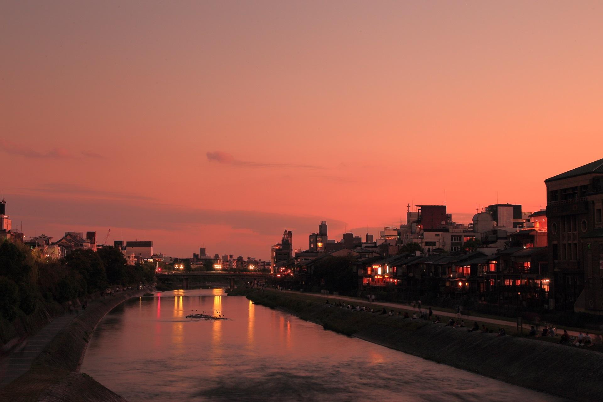 鴨川 夕焼け 赤くそまる幻想的な川面と空