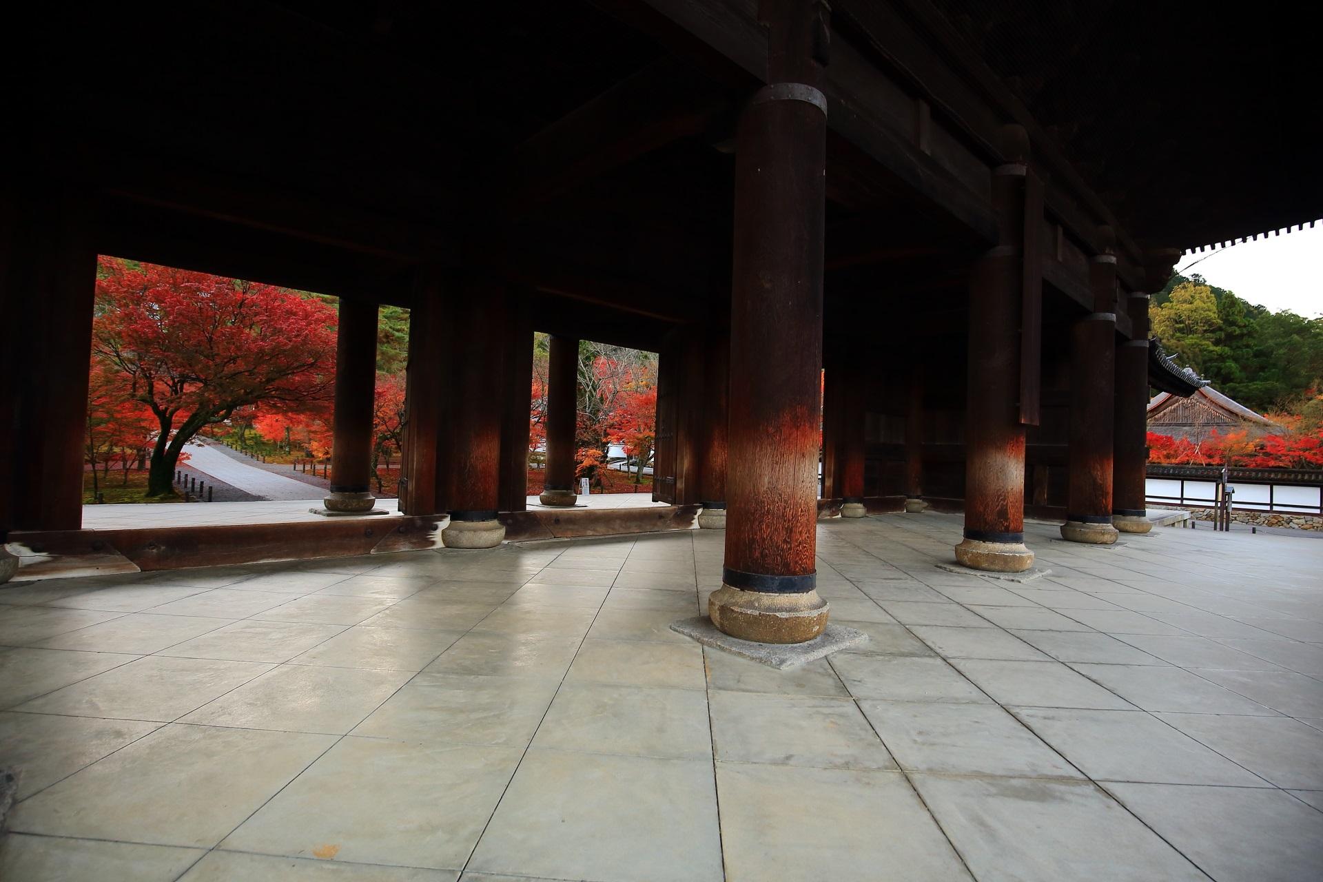 三門から続く参道と艶やかな紅葉