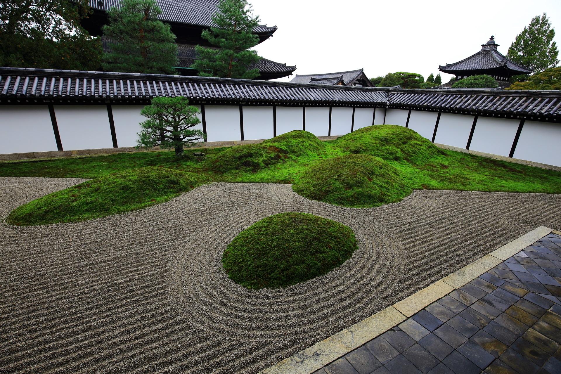 東福寺方丈庭園の五山を表した苔の築山
