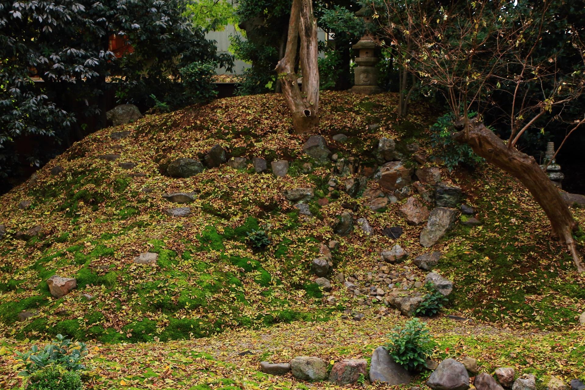 立本寺の趣きある秋色につつまれた築山と蟷螂