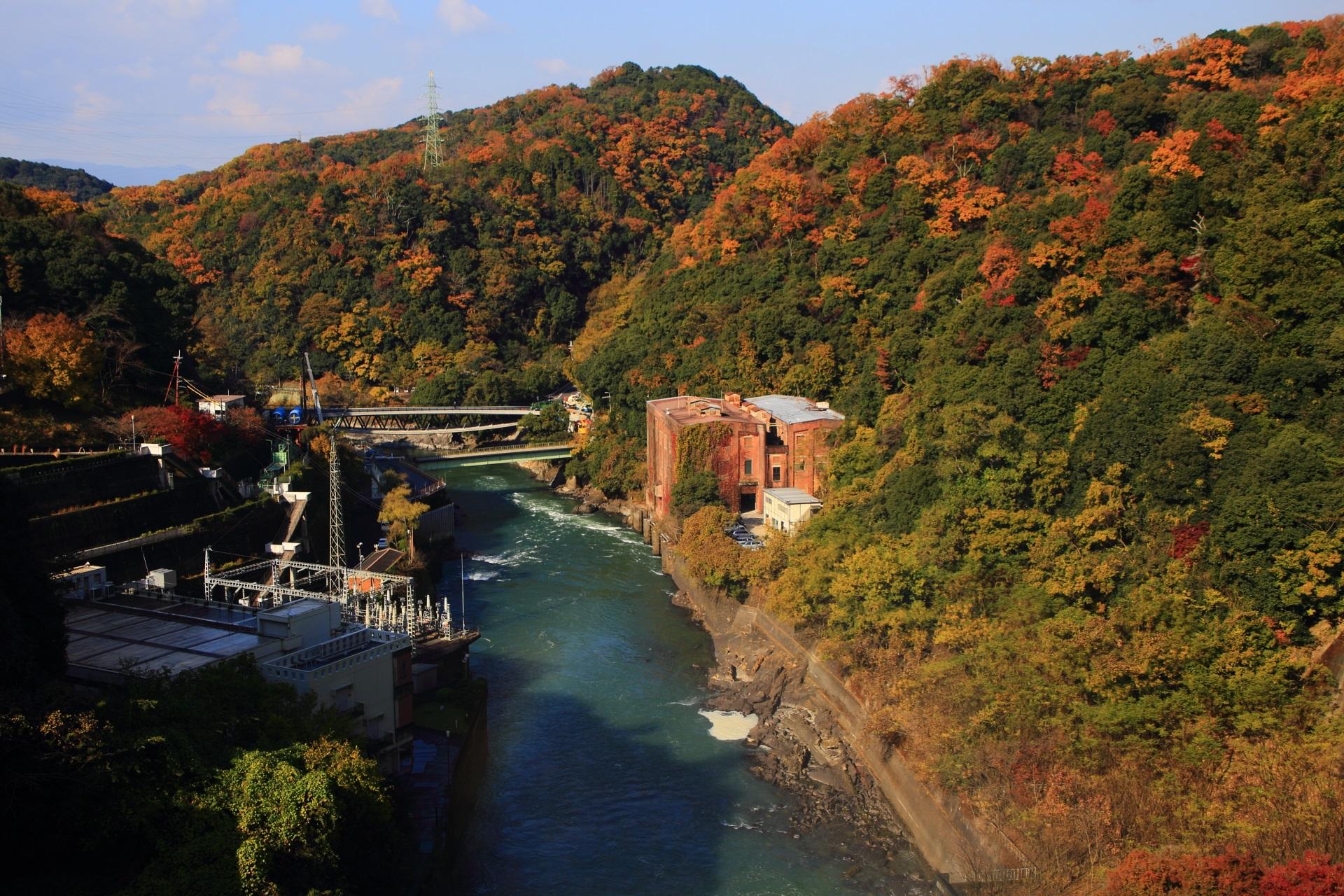 天ヶ瀬ダムの方から眺めた志津川発電所跡と優雅な秋の山々