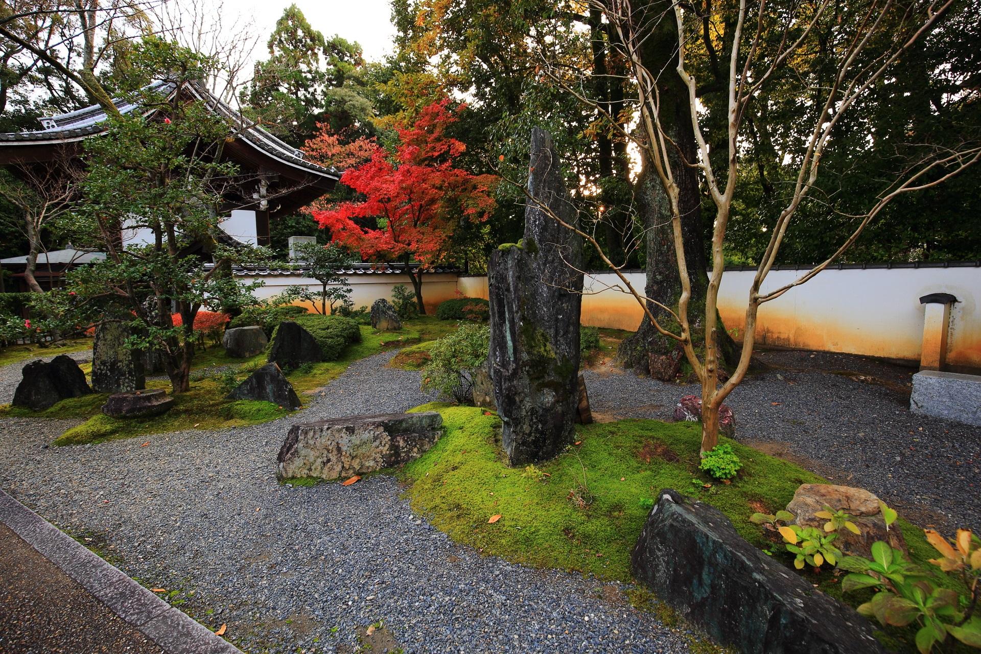 楊貴妃観音堂前の砂に岩や苔が配された庭園と色づく紅葉