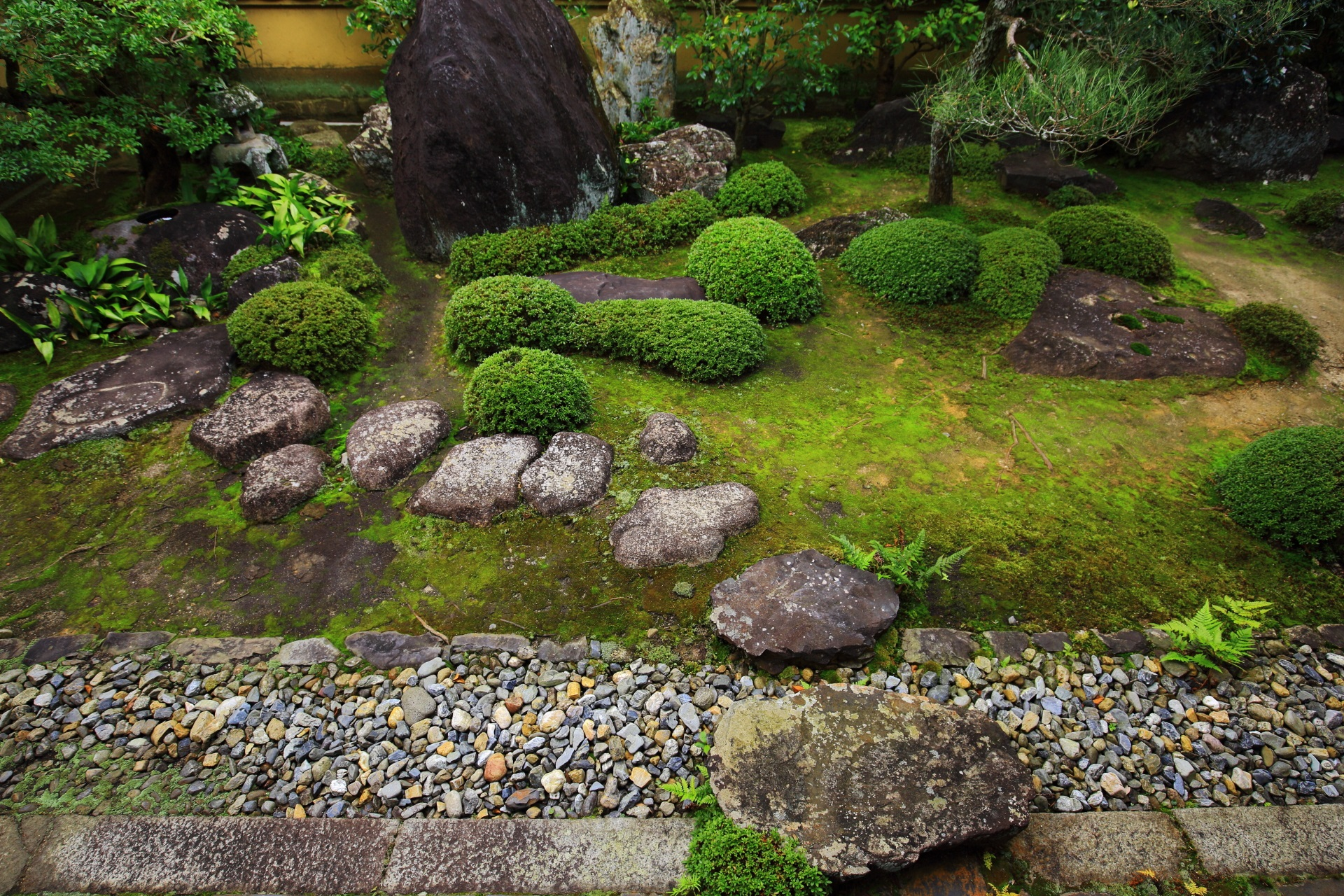 緑の美しい方丈庭園北庭