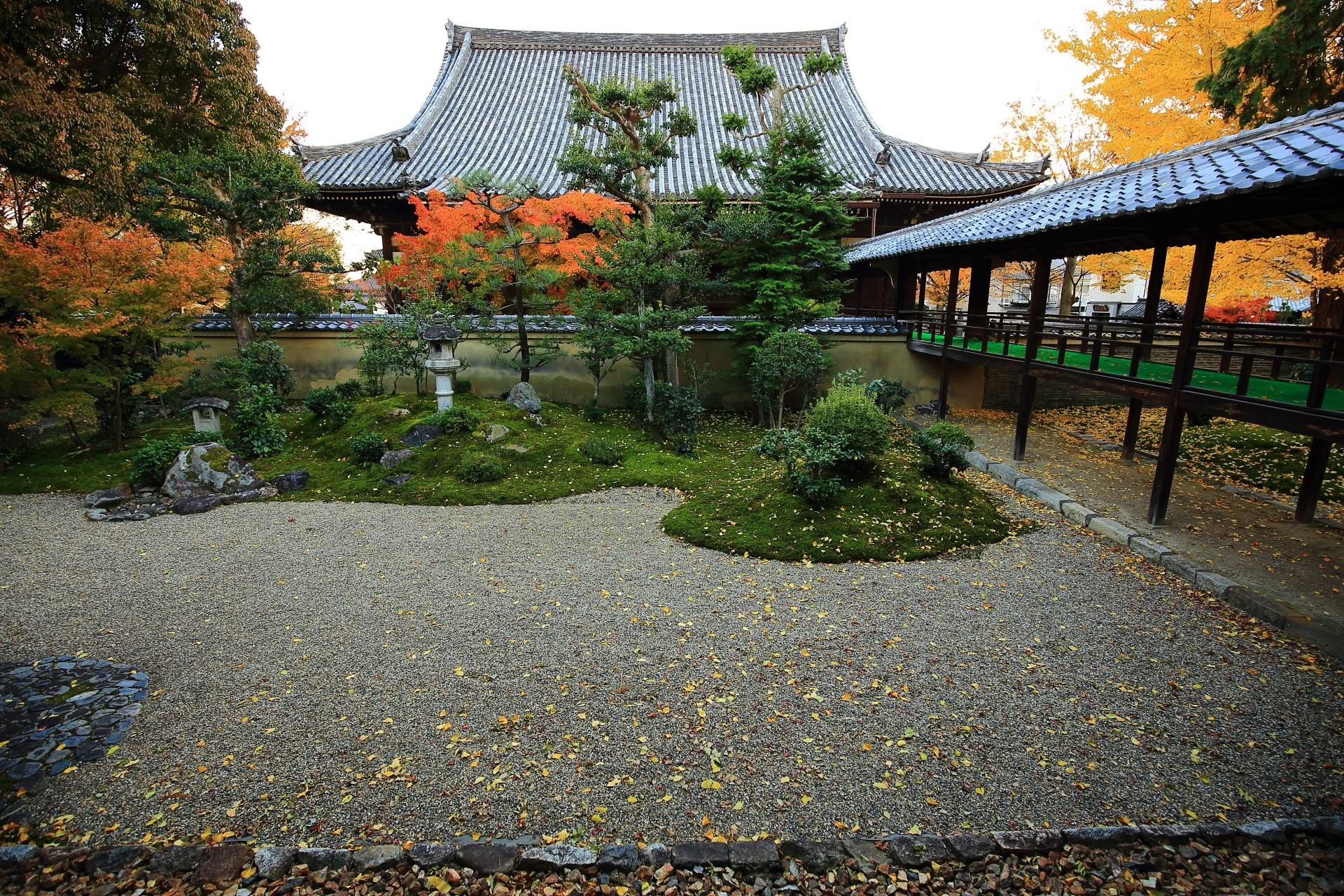 立本寺の銀杏と紅葉が華やぐ客殿南側の龍華苑